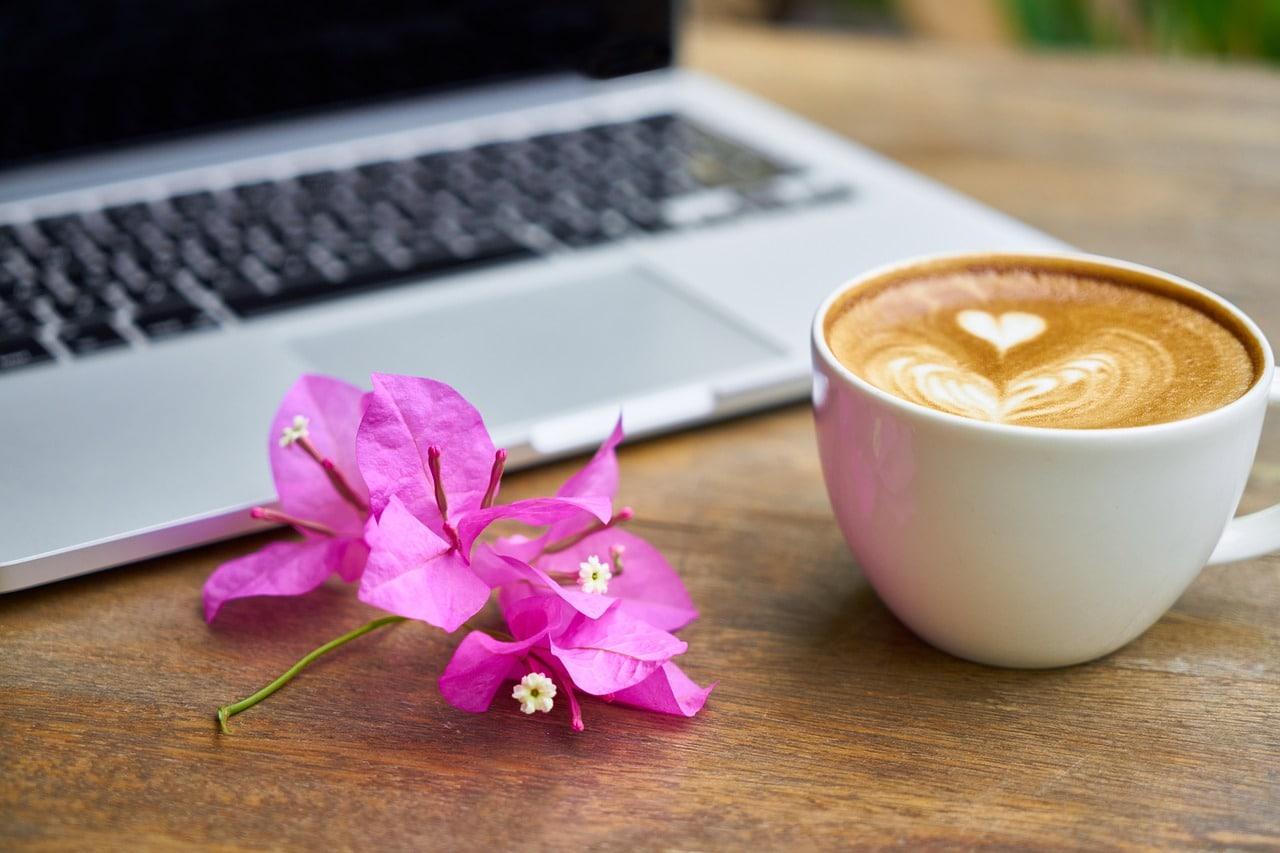 コーヒーと花の画像