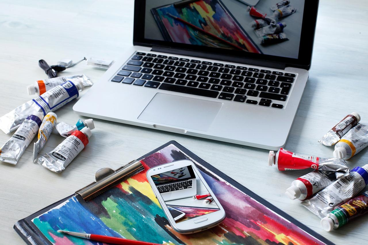 絵具とパソコンの画像