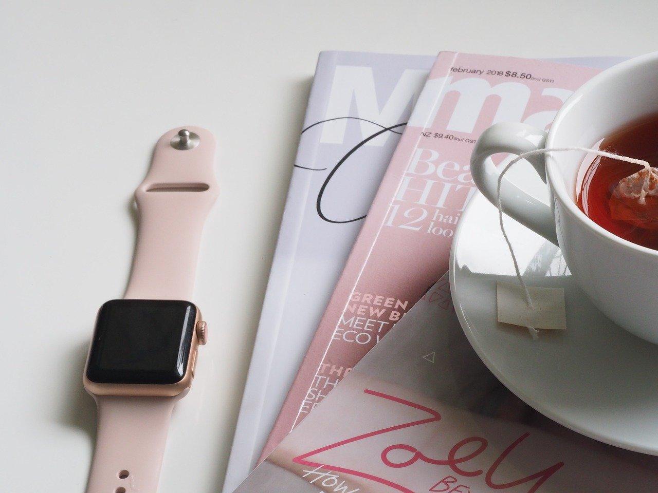 時計と雑誌の画像