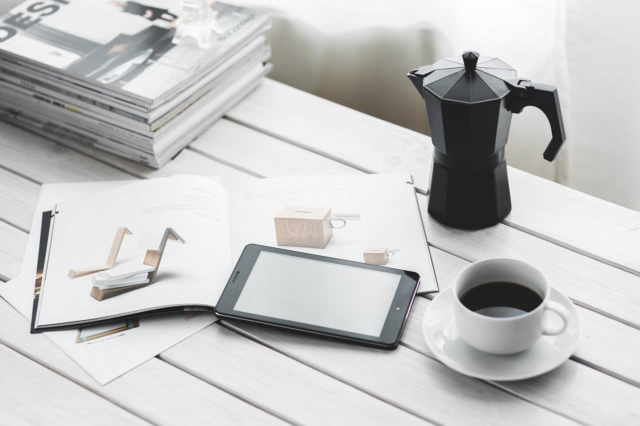 コーヒーと雑誌の画像