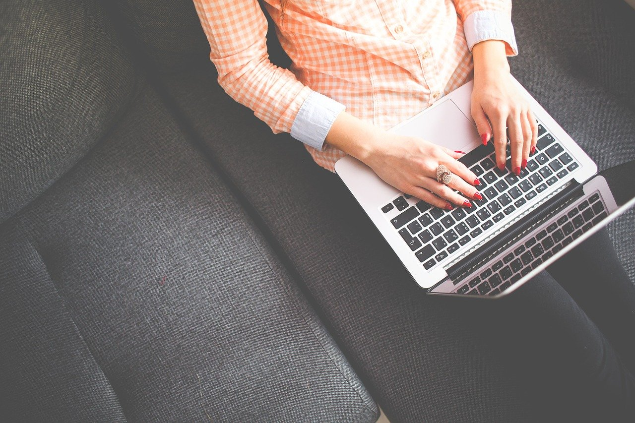 女性がパソコンを見る画像