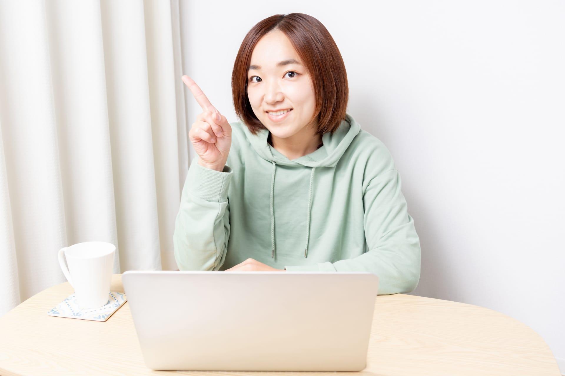 ノートパソコンの前で解説する女性