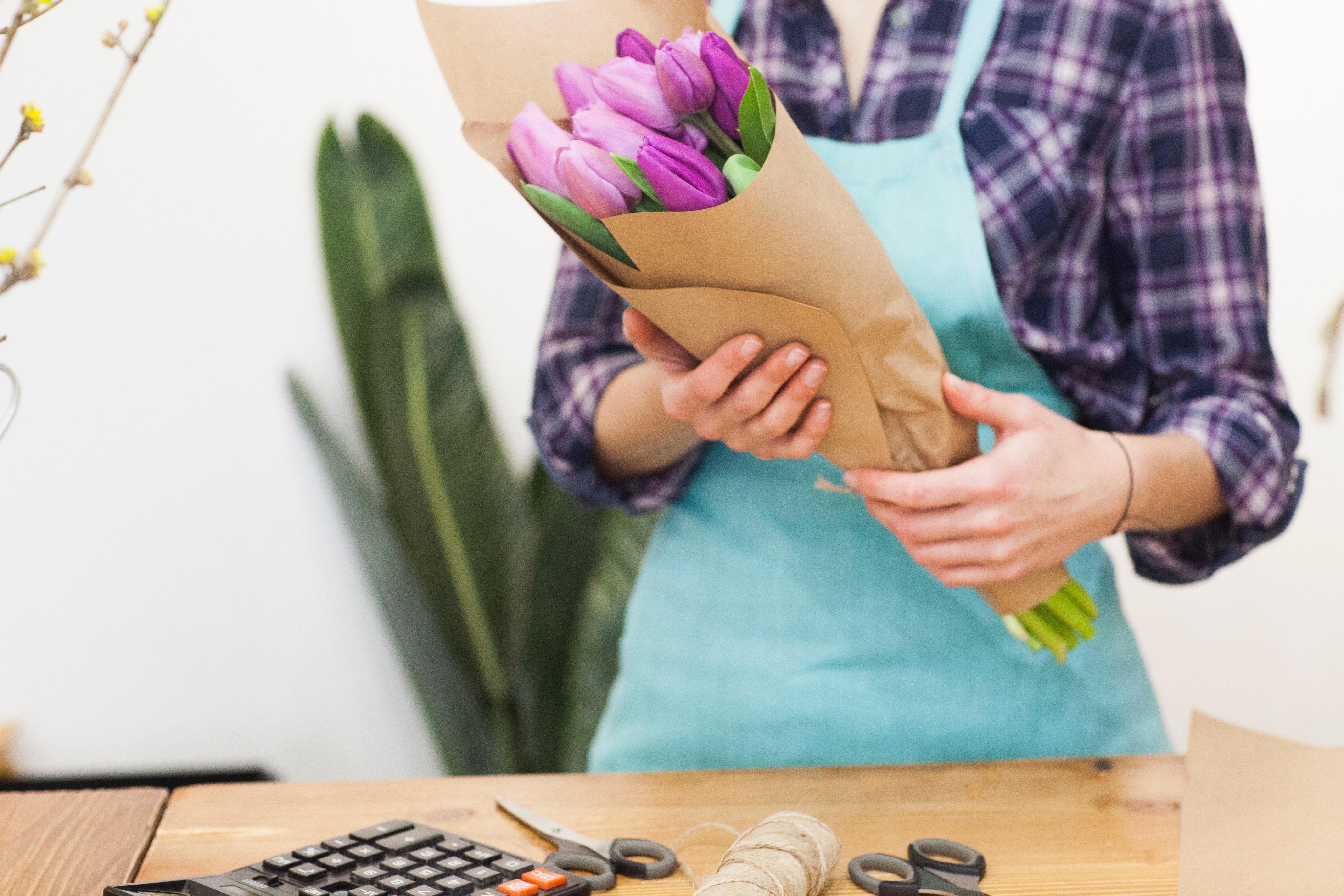 花束を作る女性