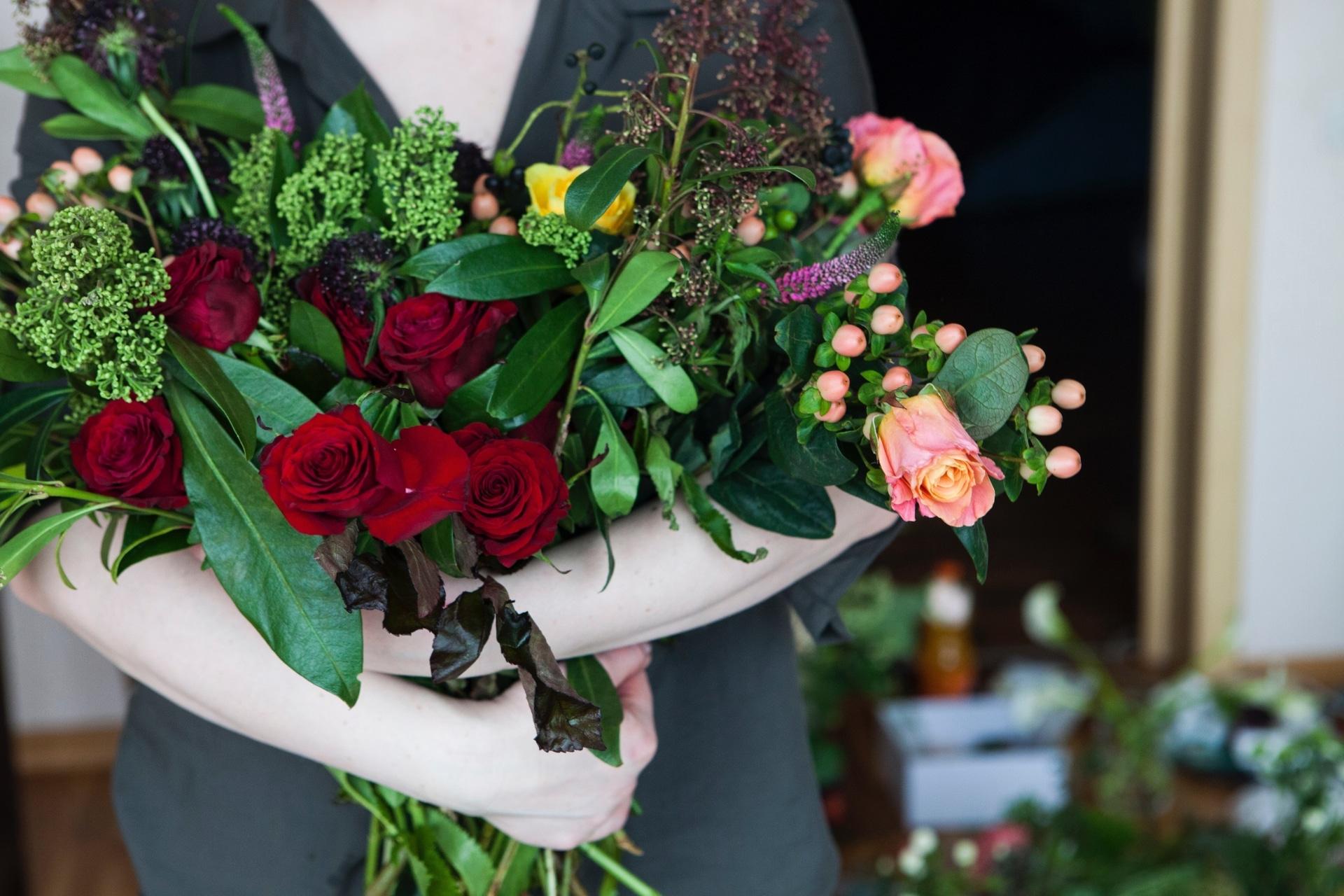 花束を持つ女性の手