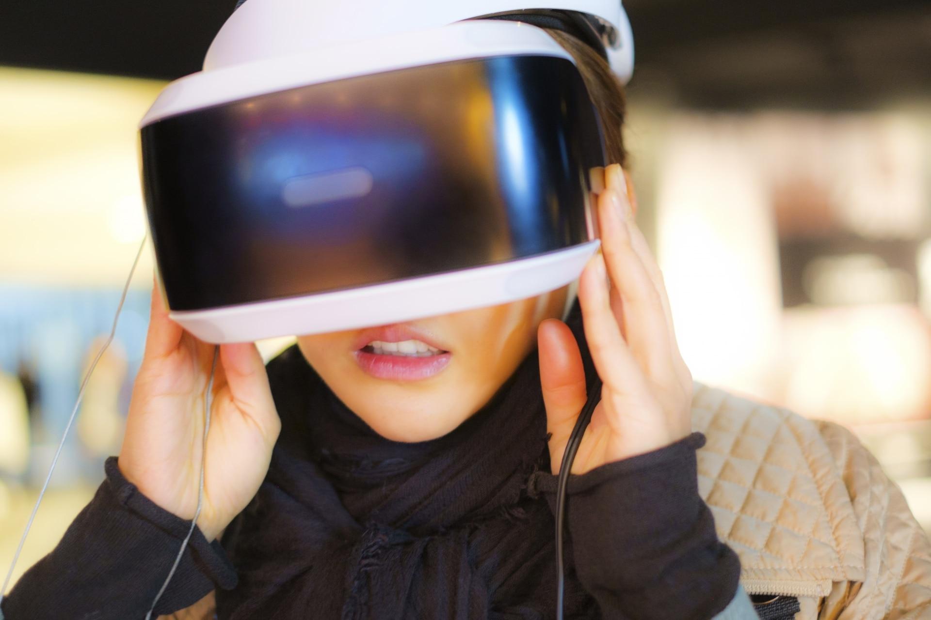 VRをする女性
