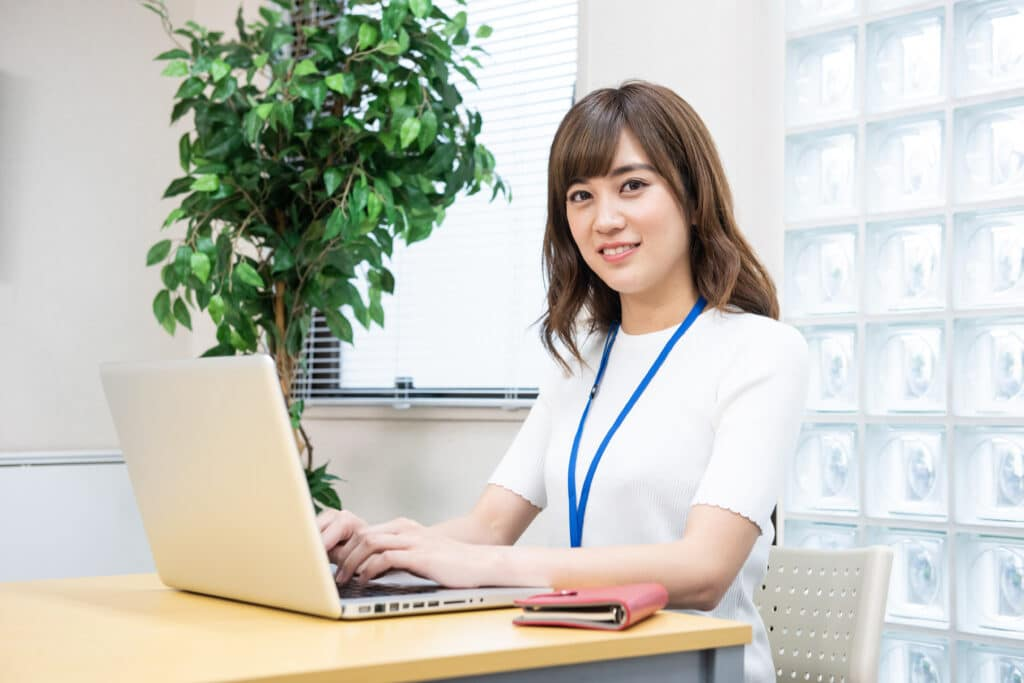 パソコン操作する女性