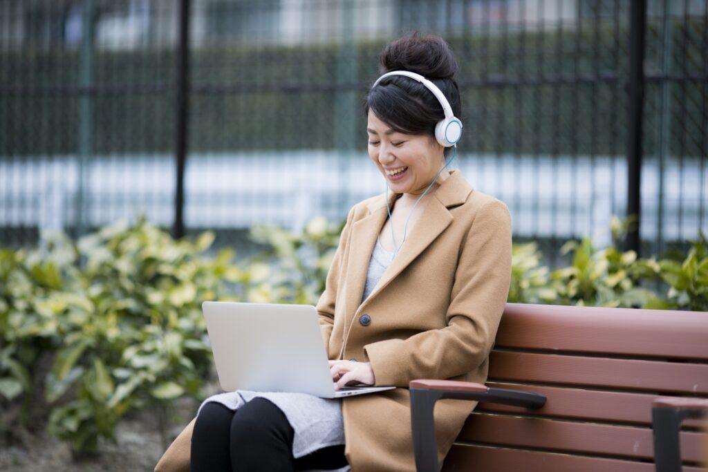 パソコンをしながら笑う女性