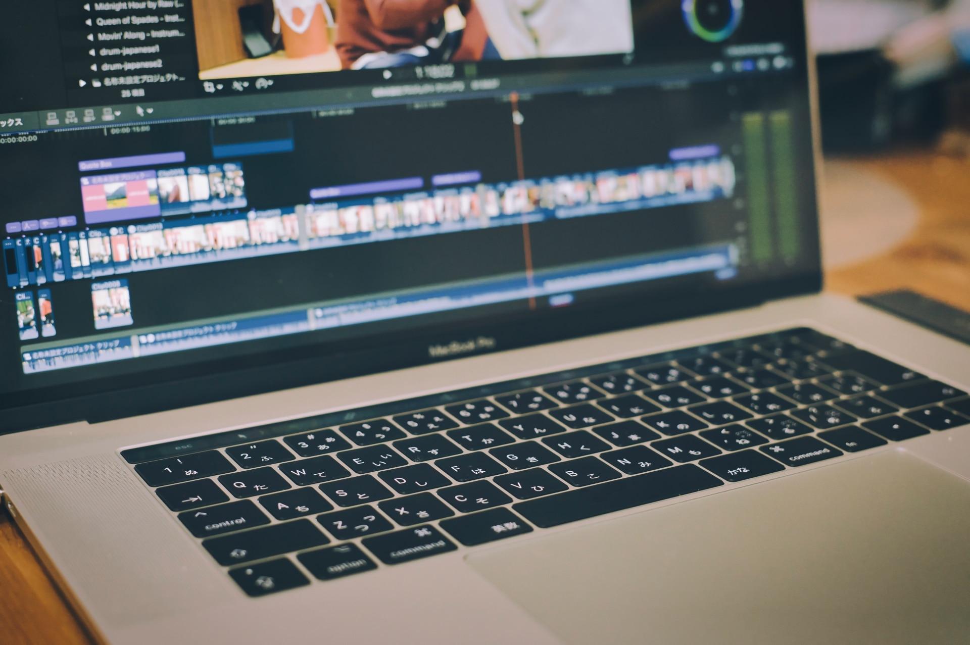 動画編集中のパソコン