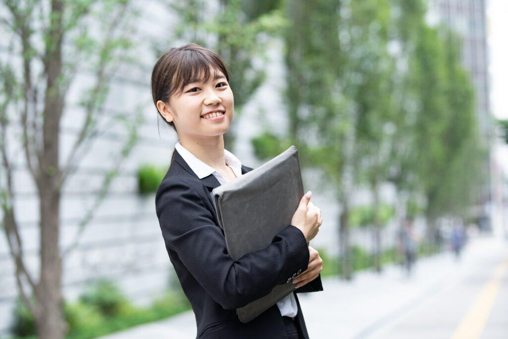 笑顔のスーツ姿の女性