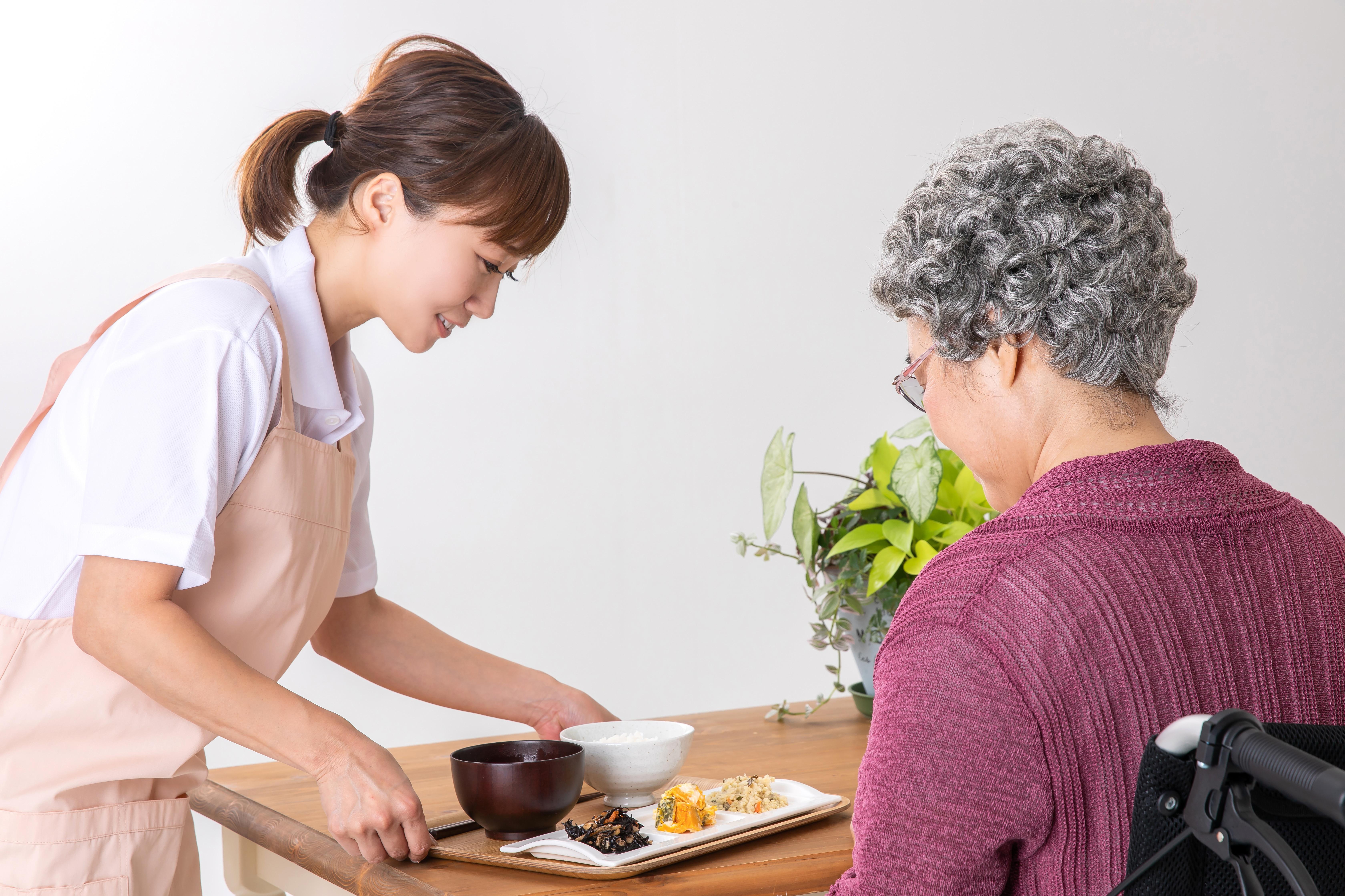 配膳する女性