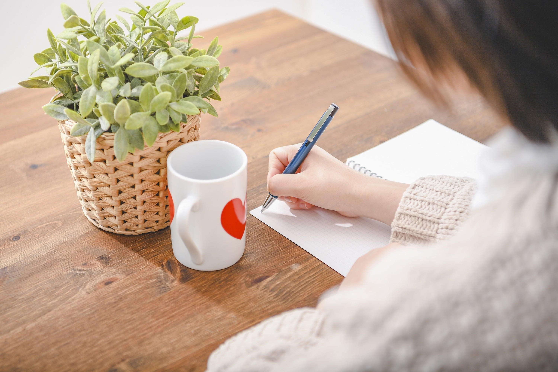 書類を作成する女性