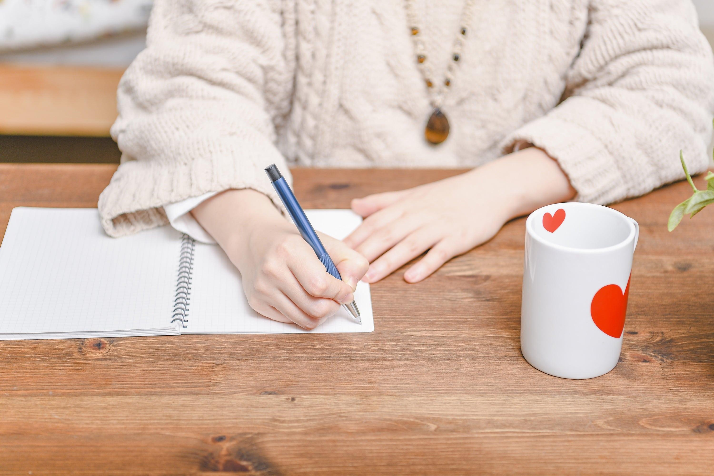 メモ書きする女性