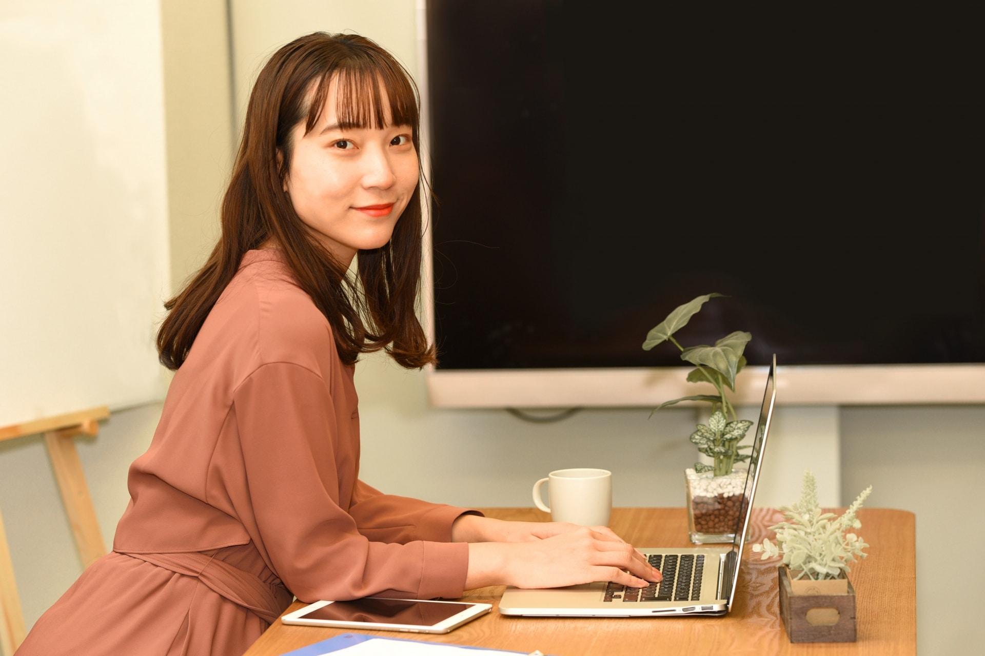 PC操作する女性