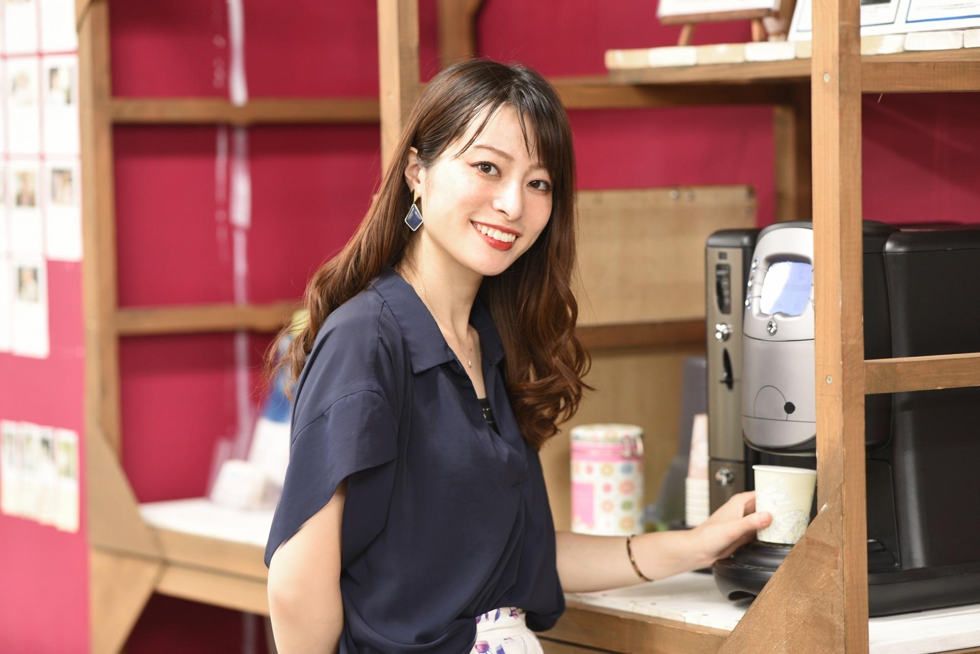 オフィスでコーヒーを入れる女性