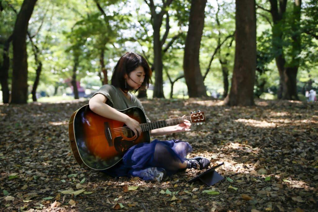 ギターをひく女性