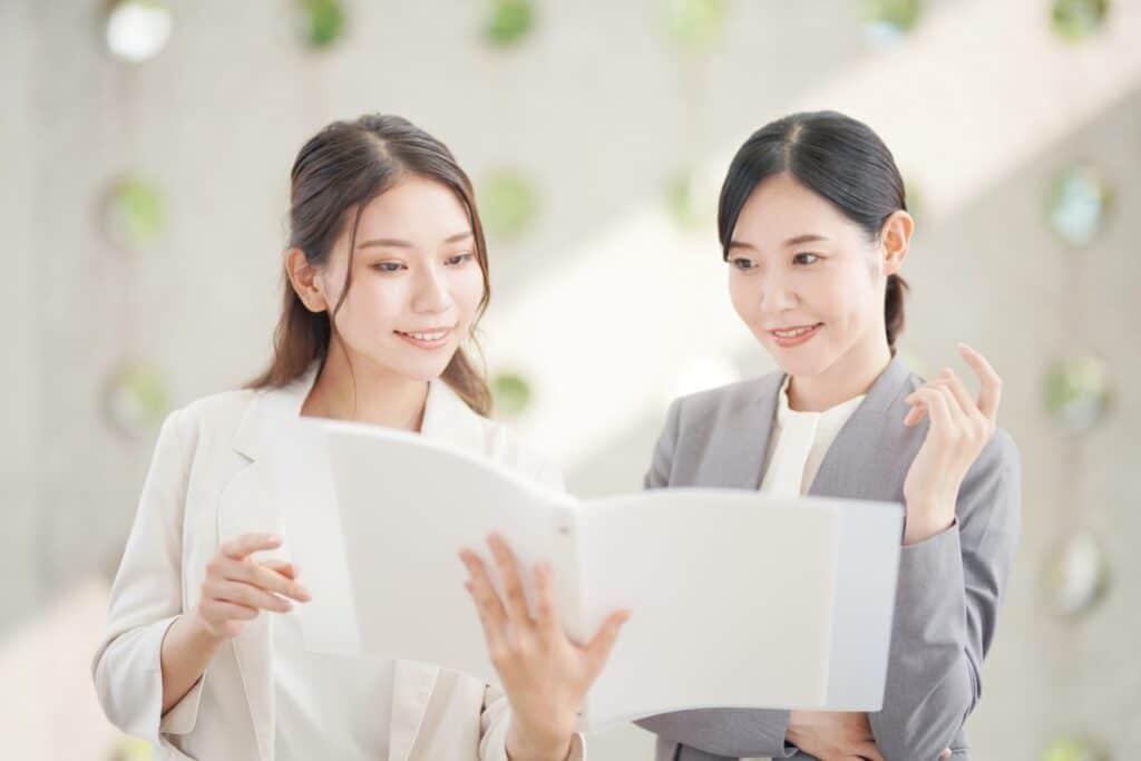 資料を見る二人の女性