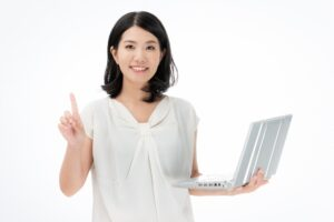 パソコンを持って笑っている女性