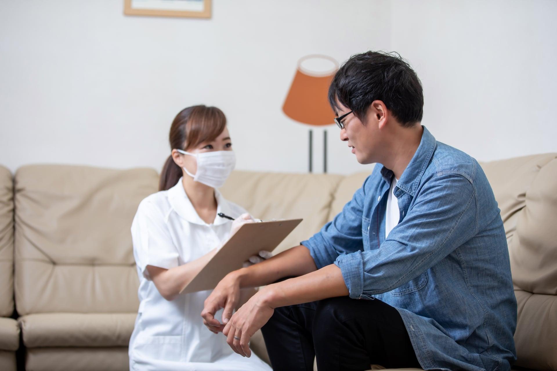 患者に接する歯科衛生士