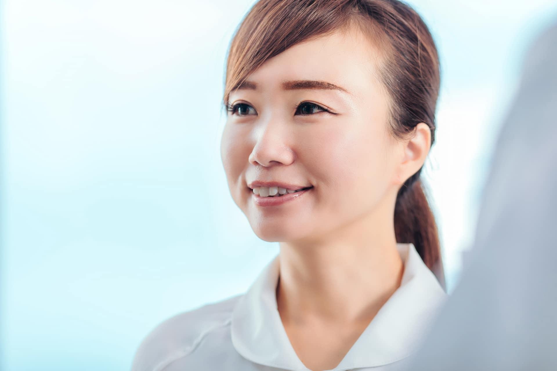 笑顔の歯科衛生士の女性