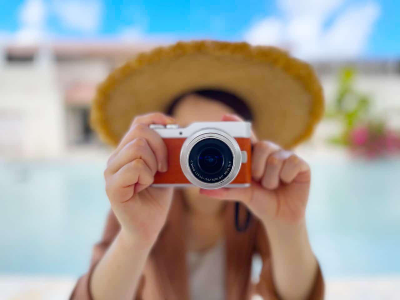 カメラを構える女性、リゾート