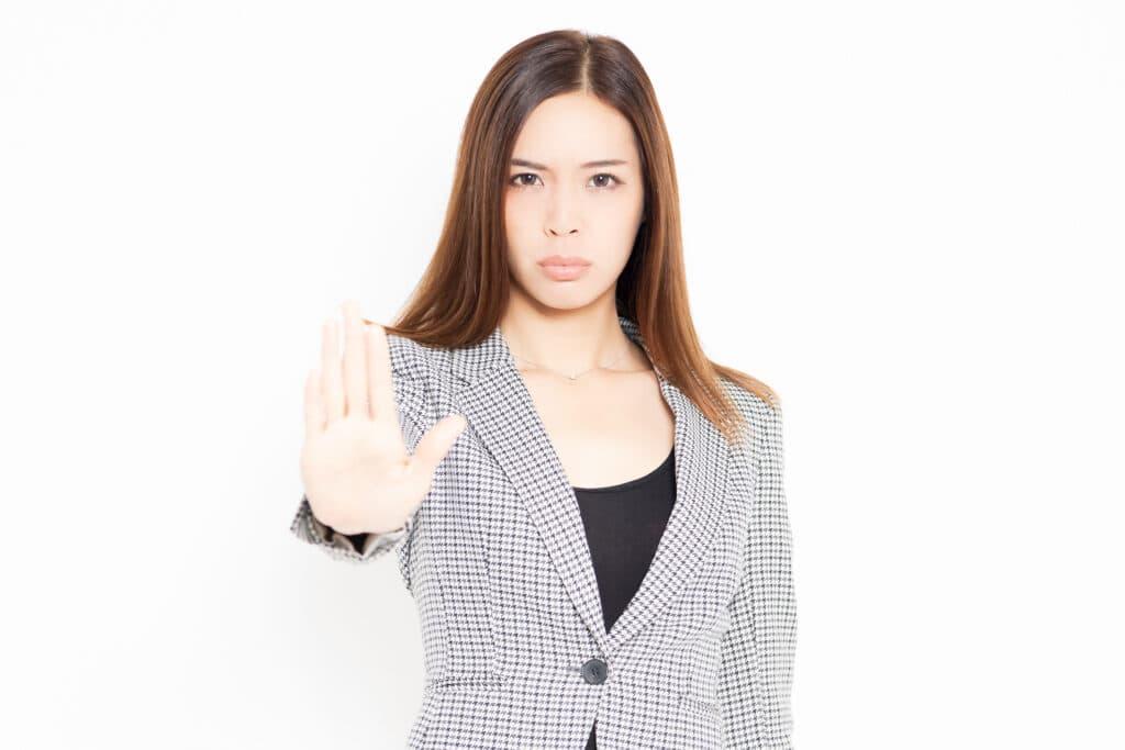 停止を促す女性