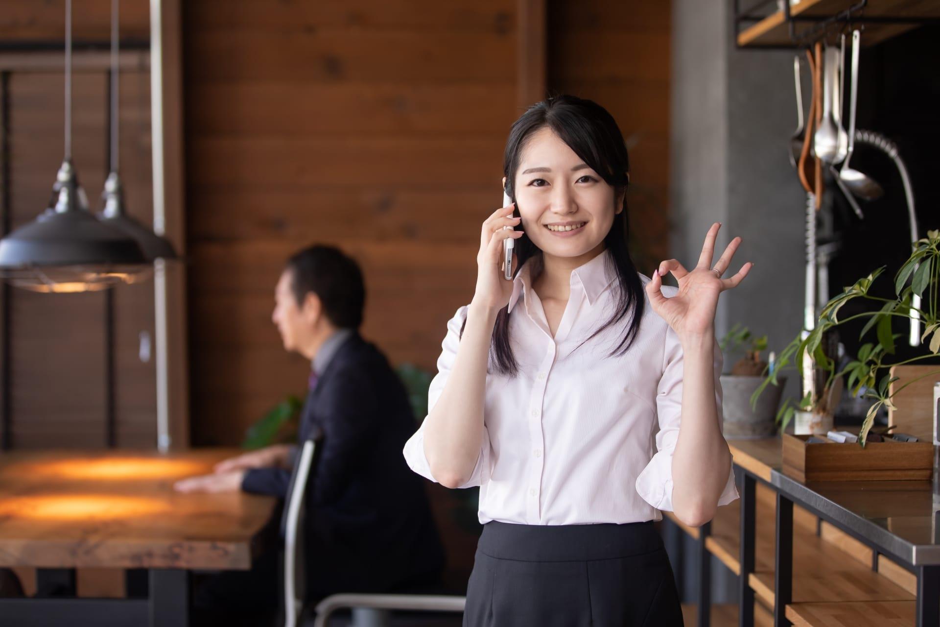 電話するビジネスウーマン