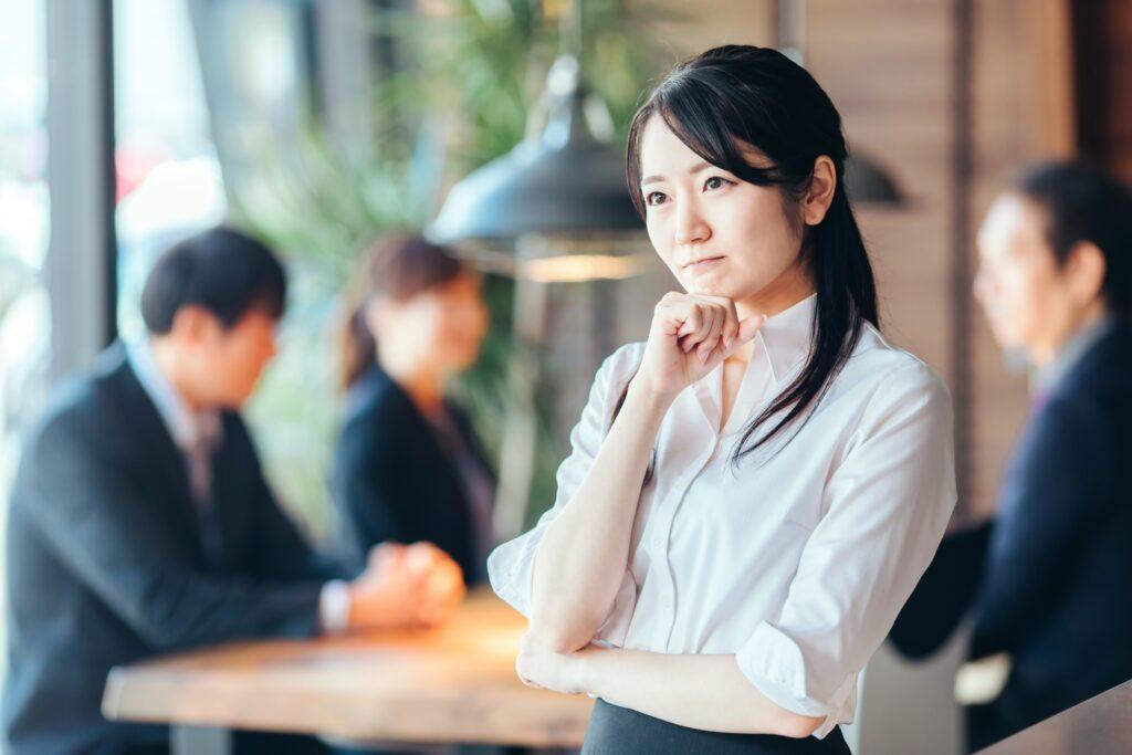 考える女性、オフィス