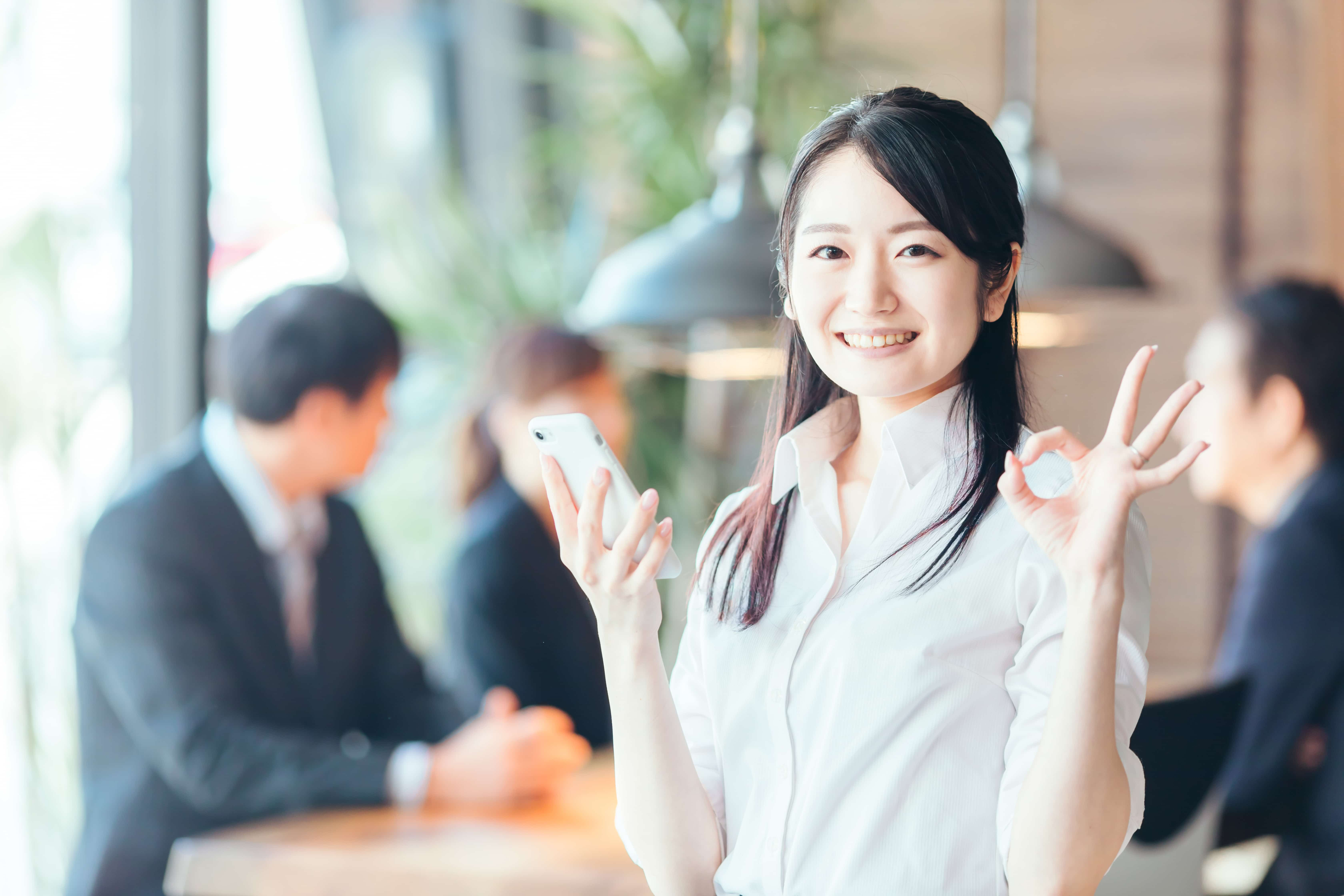 オフィス 笑顔の女性