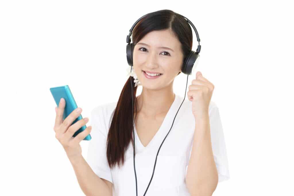 スマホで音楽を聴く女性