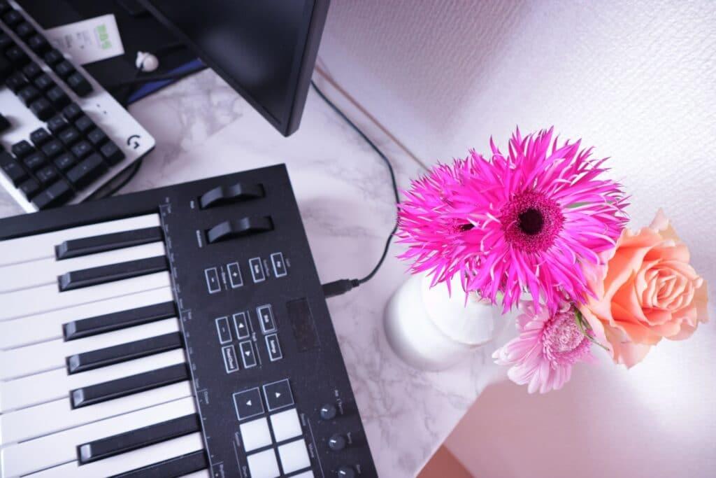 キーボードと花