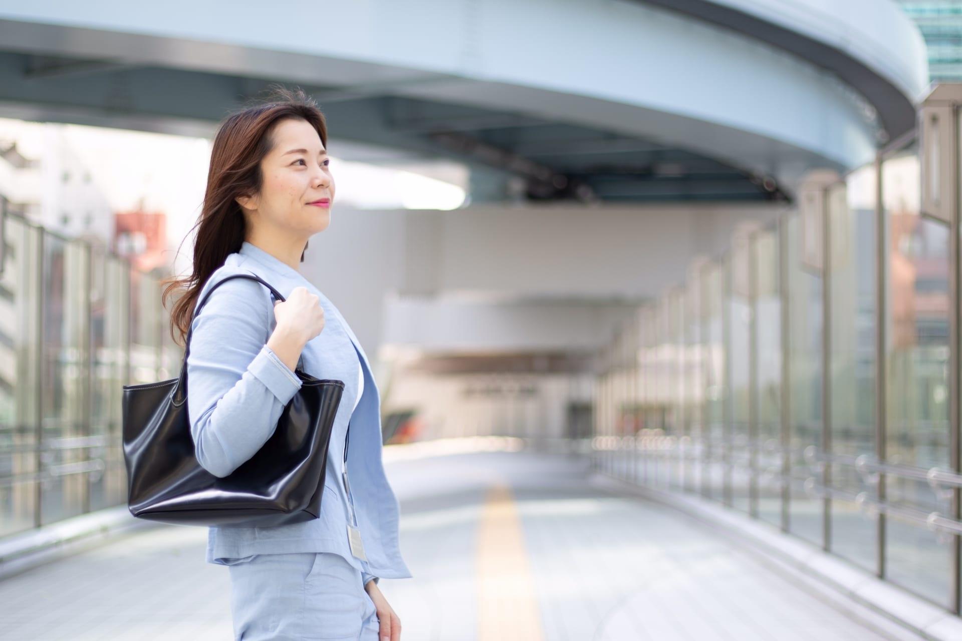 転職活動をする女性