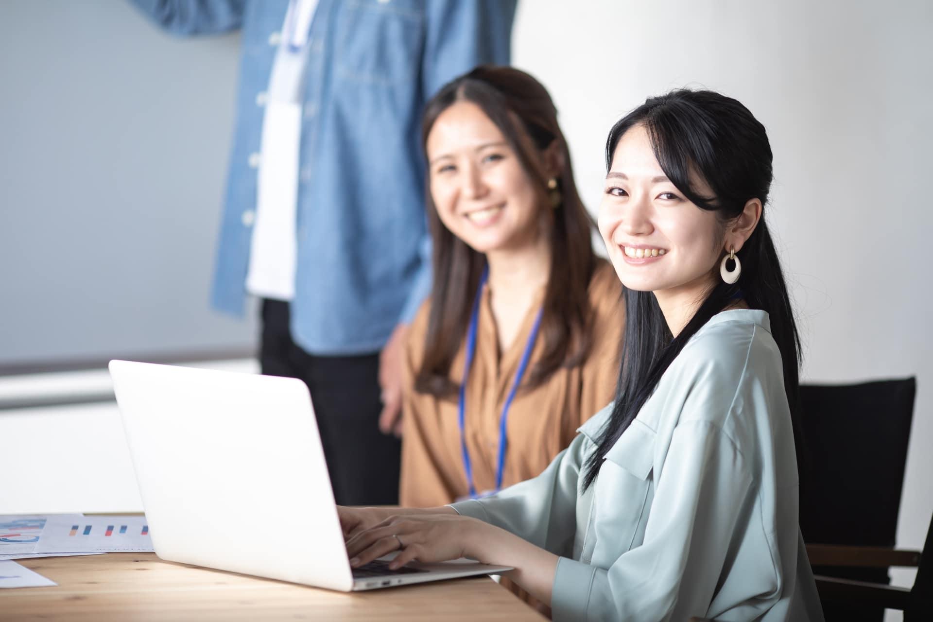 ノートパソコンを操作する女性