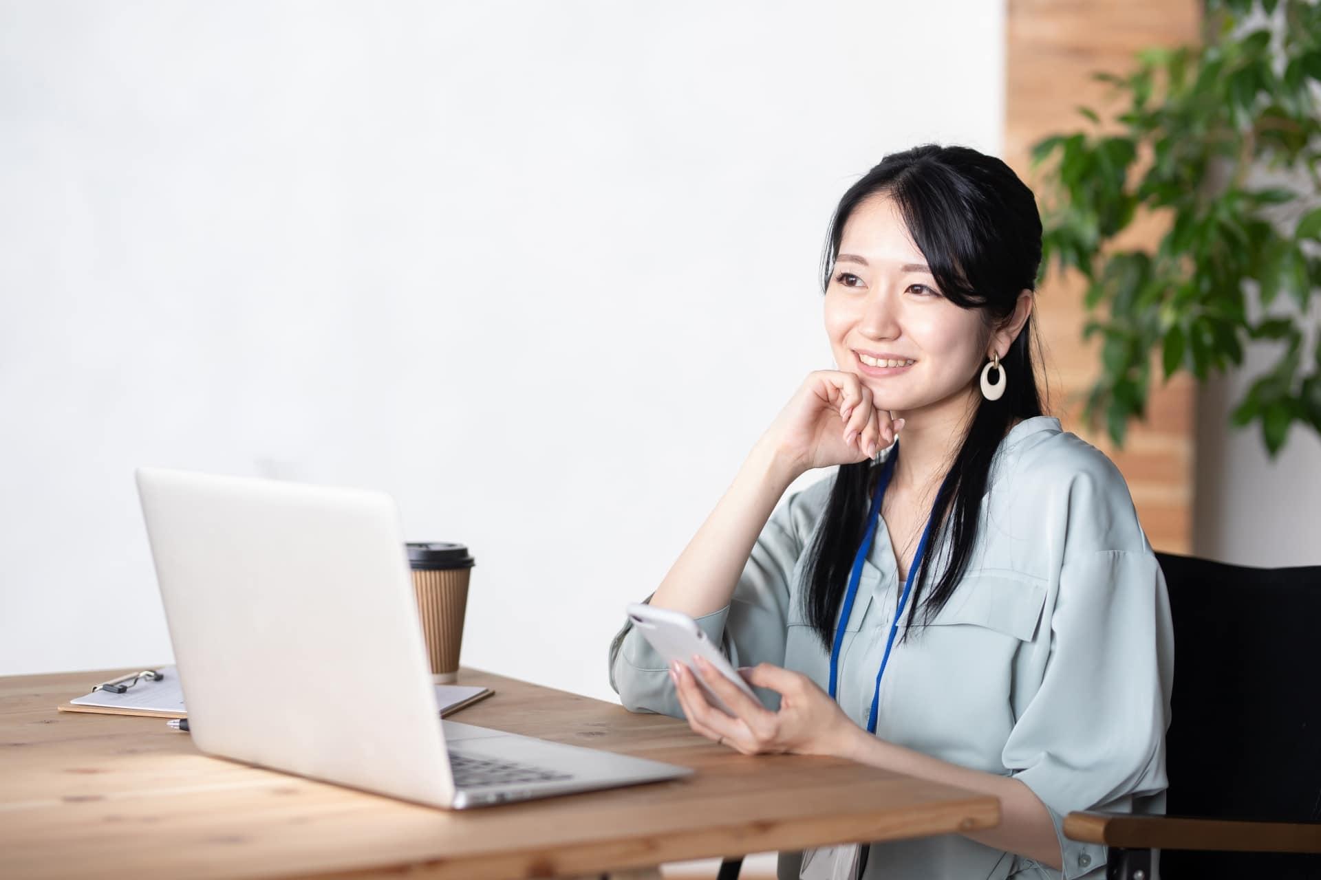 オフィスで仕事をする女性