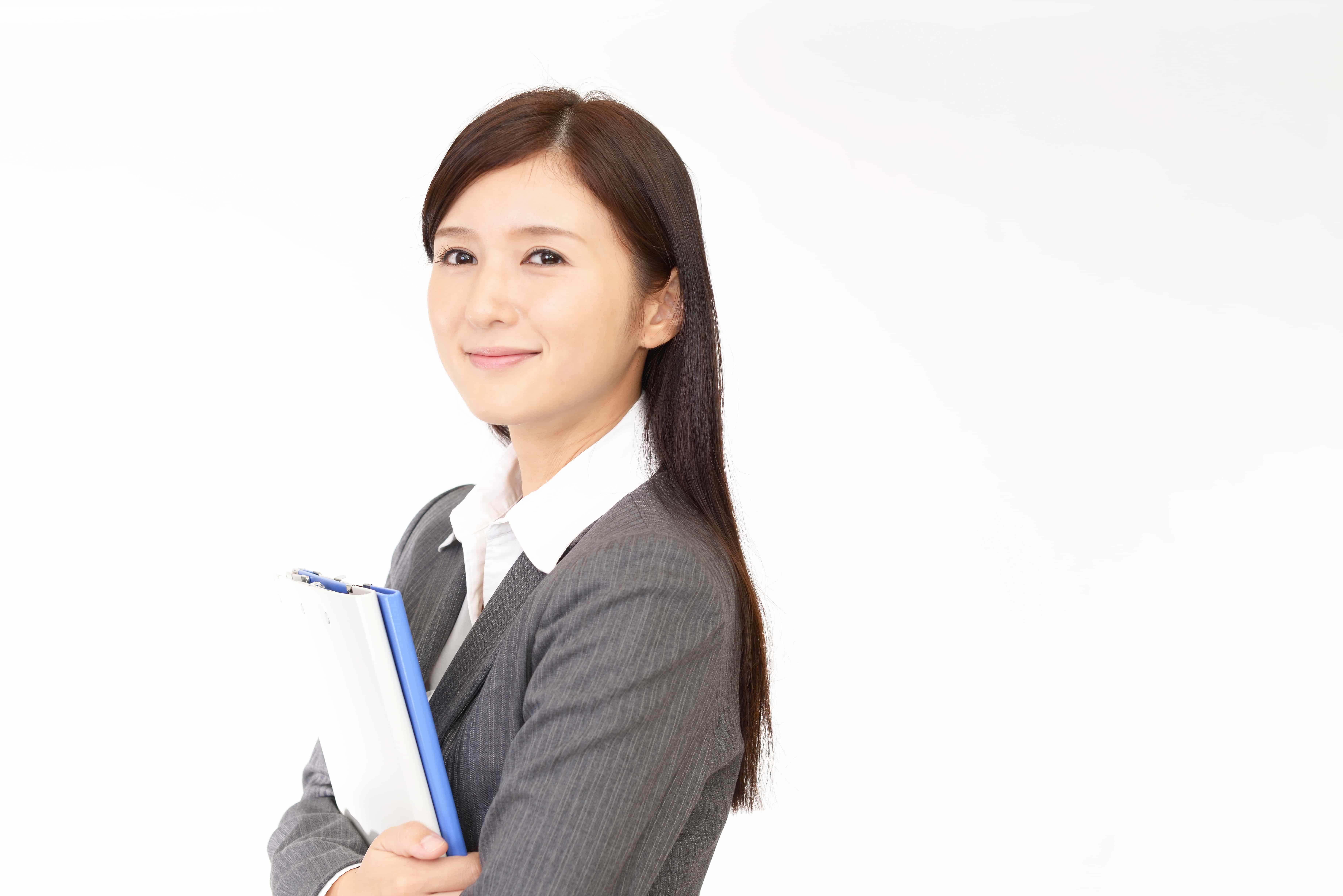 書類を持つ女性