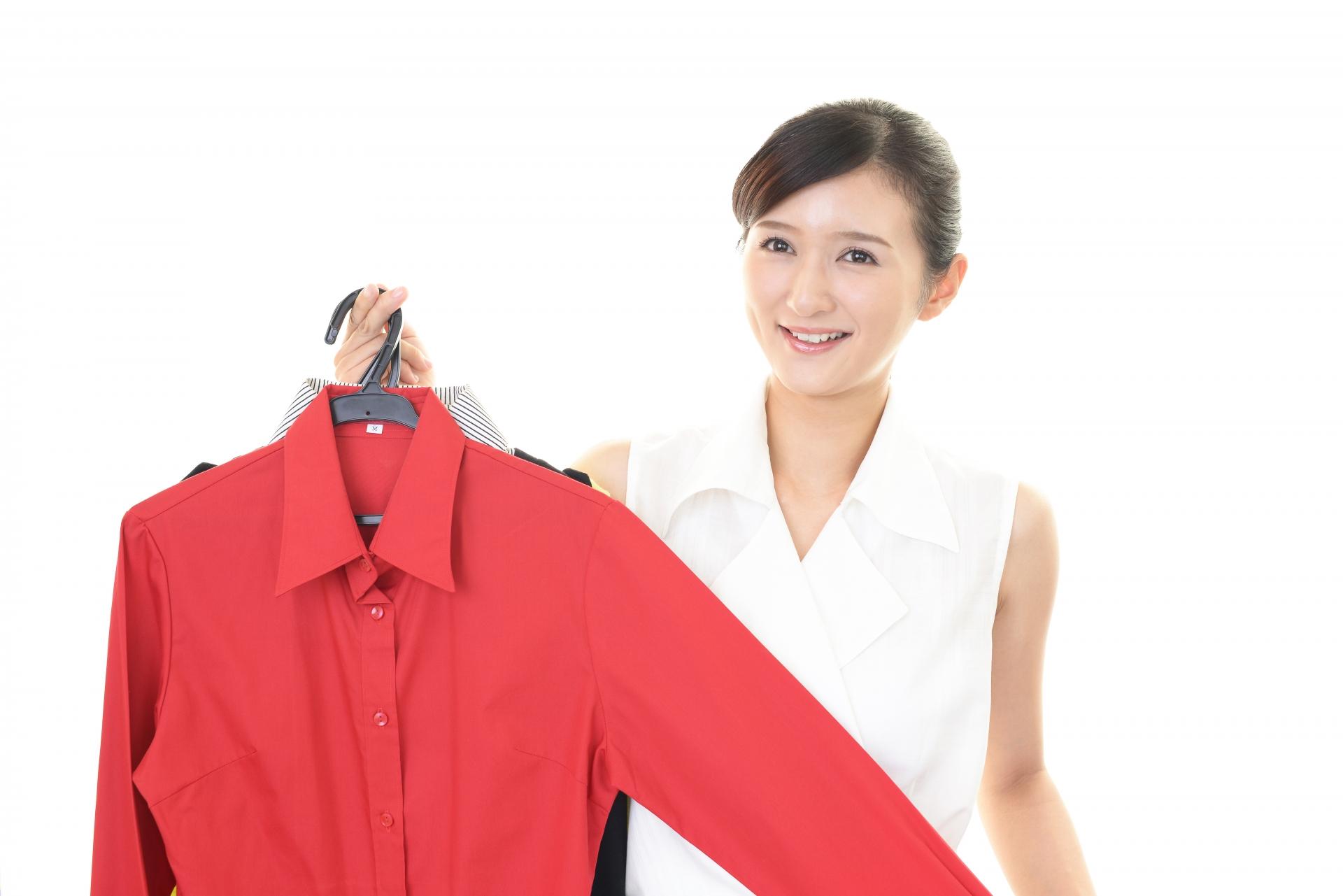 衣類を販売する女性