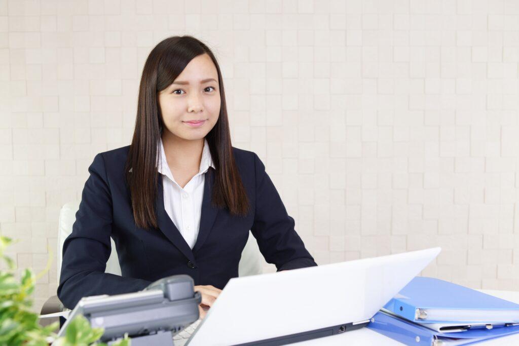 パソコンの前に女性