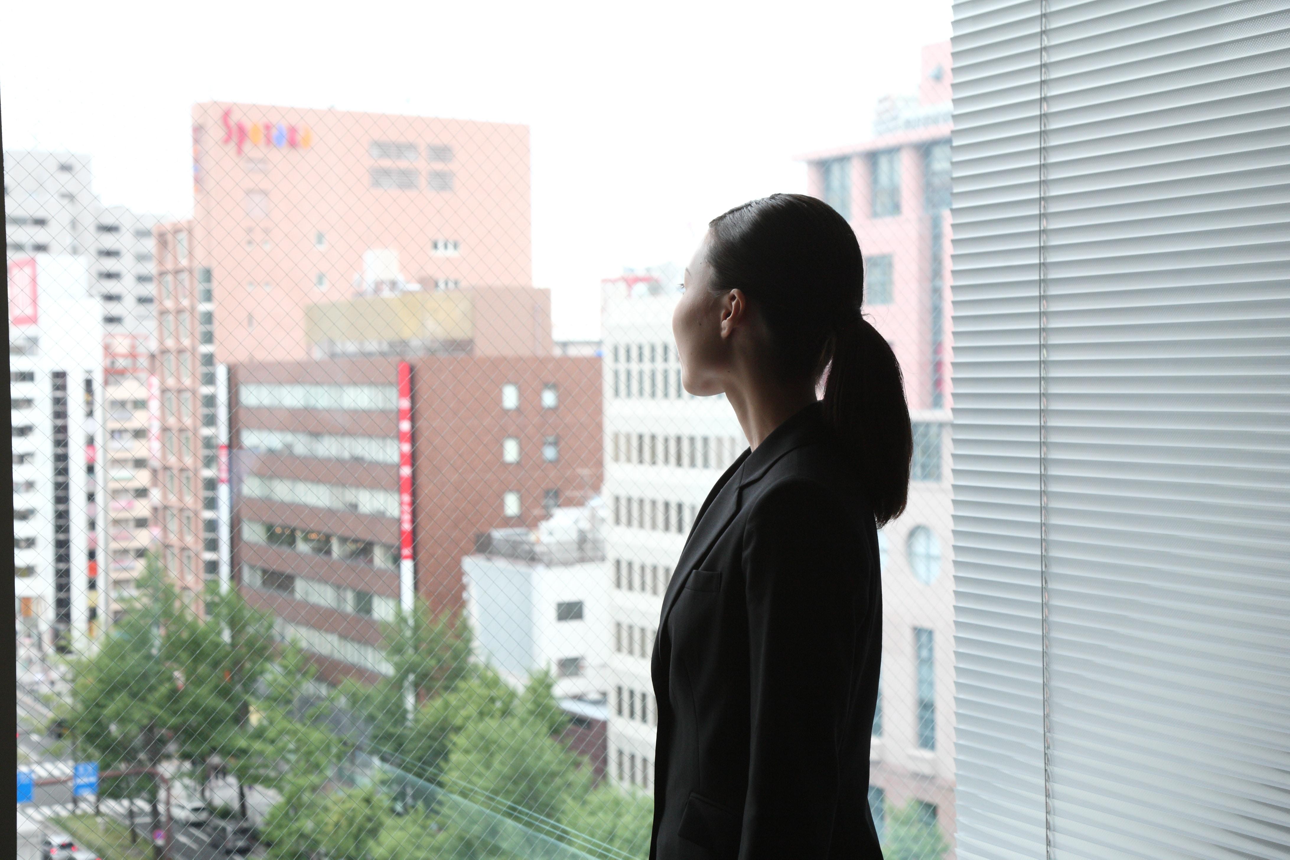 窓の外を見るビジネスウーマン1