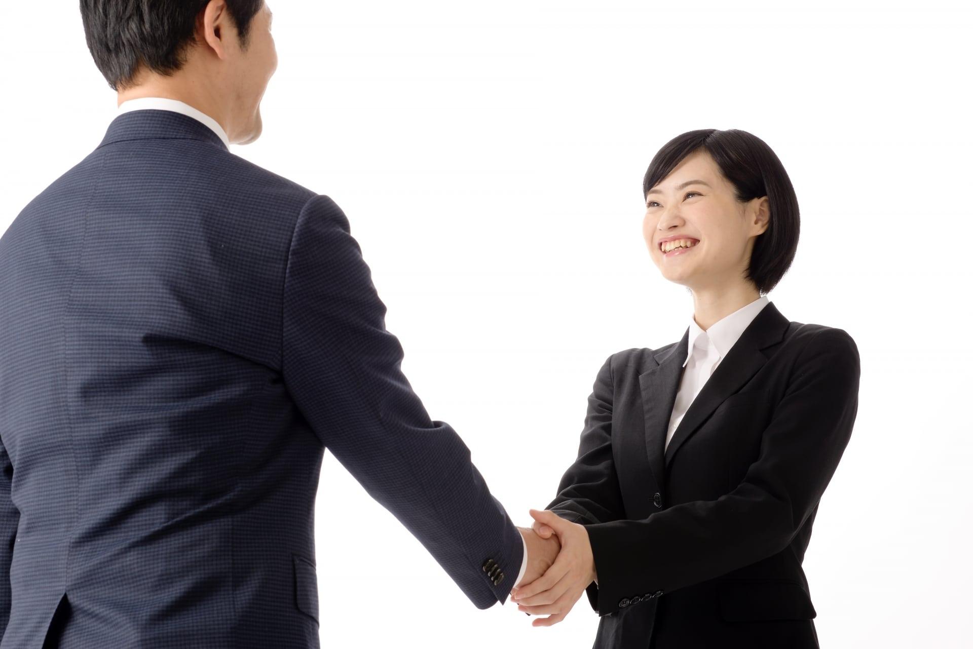 握手をする就活生