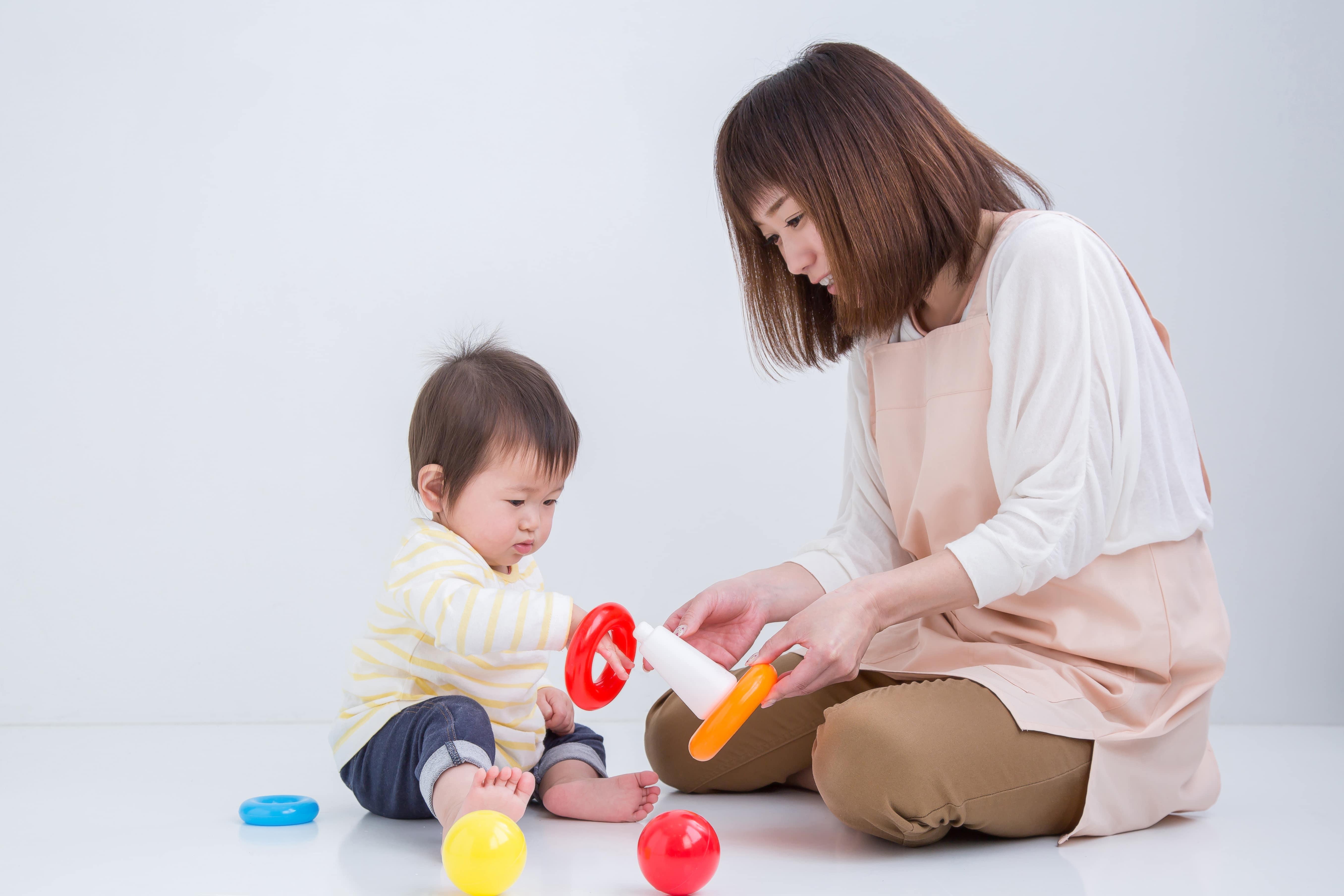 赤ちゃんと遊ぶ女性