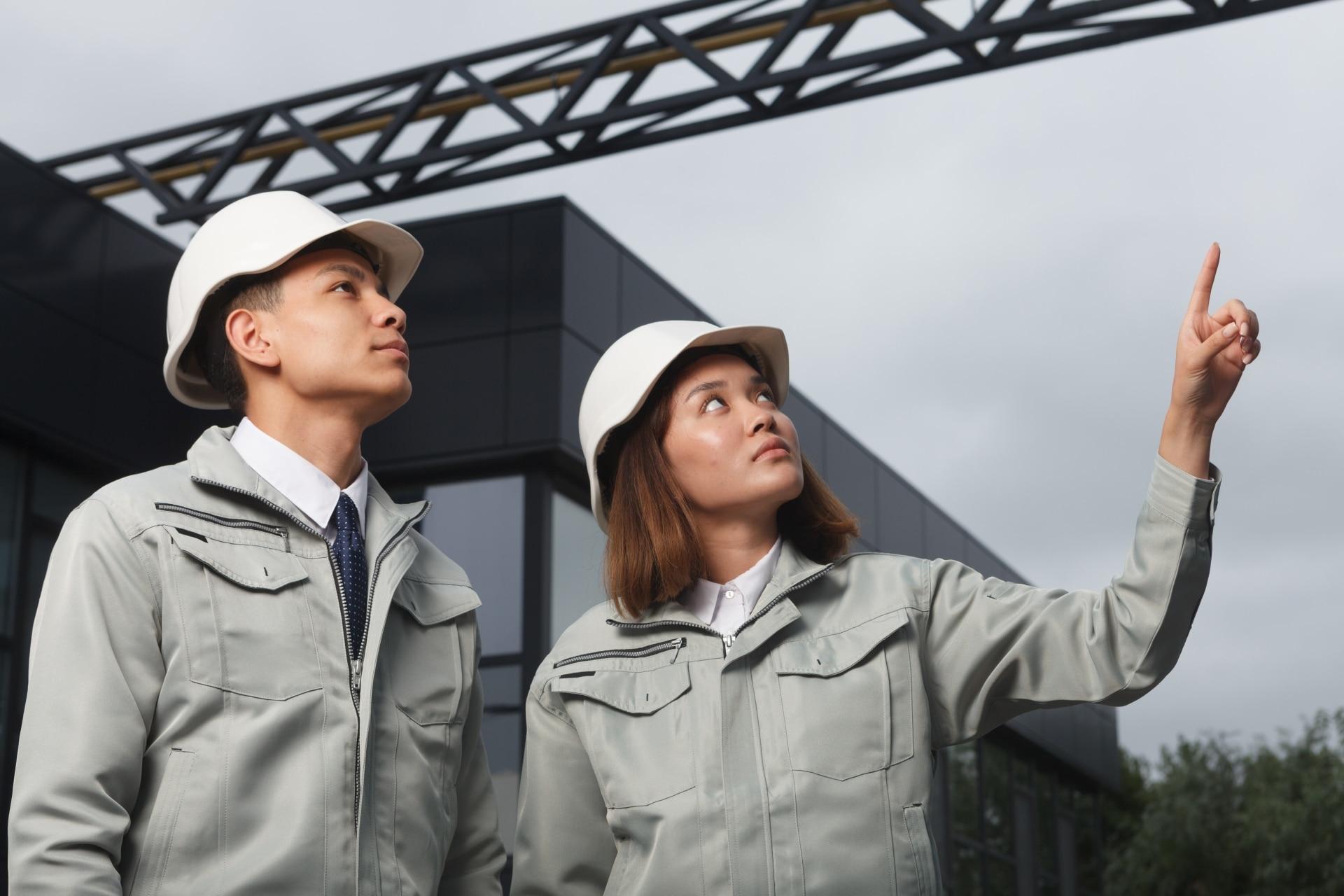 上を見上げる製造業の社員