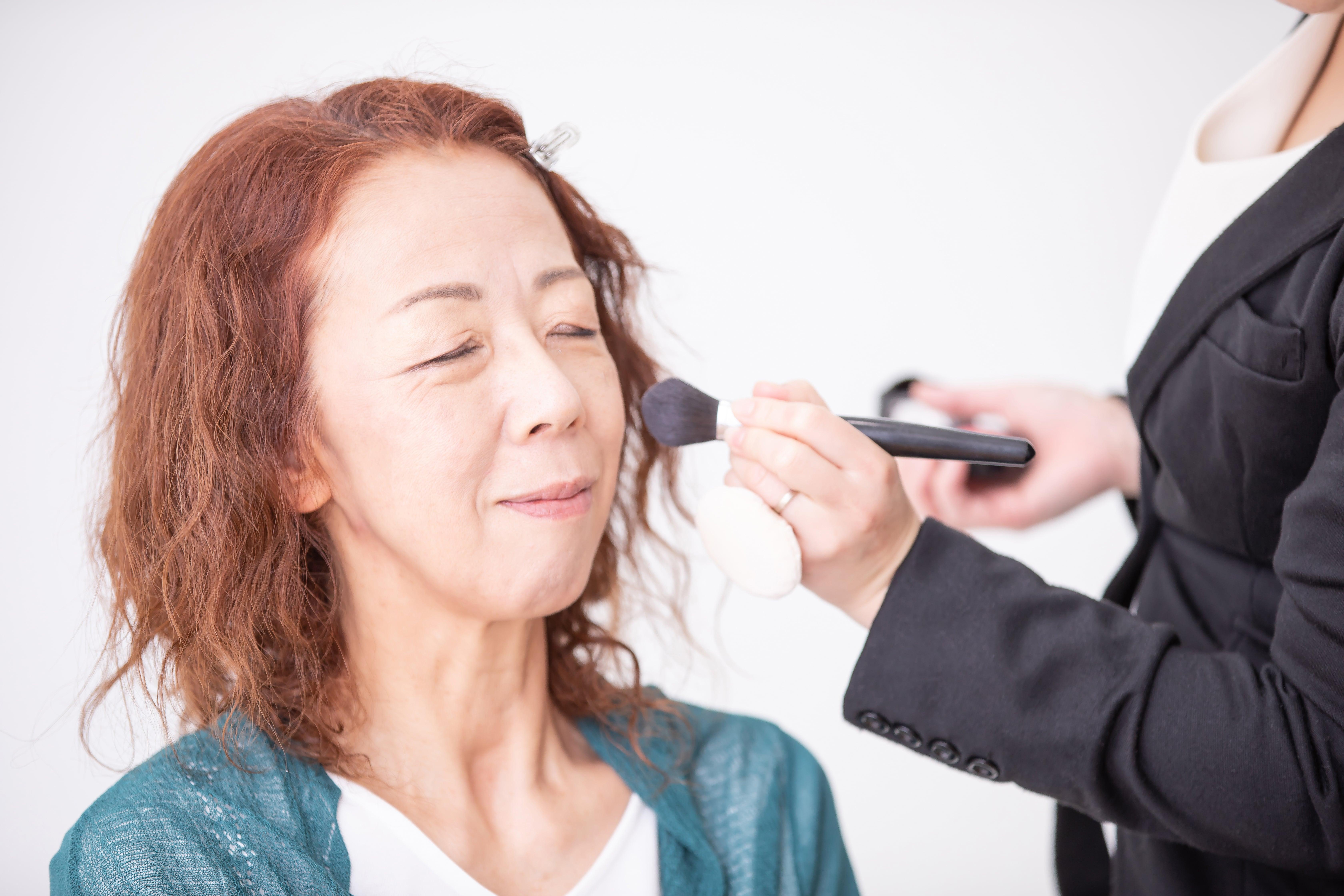 美容部員によるメイクを受ける女性
