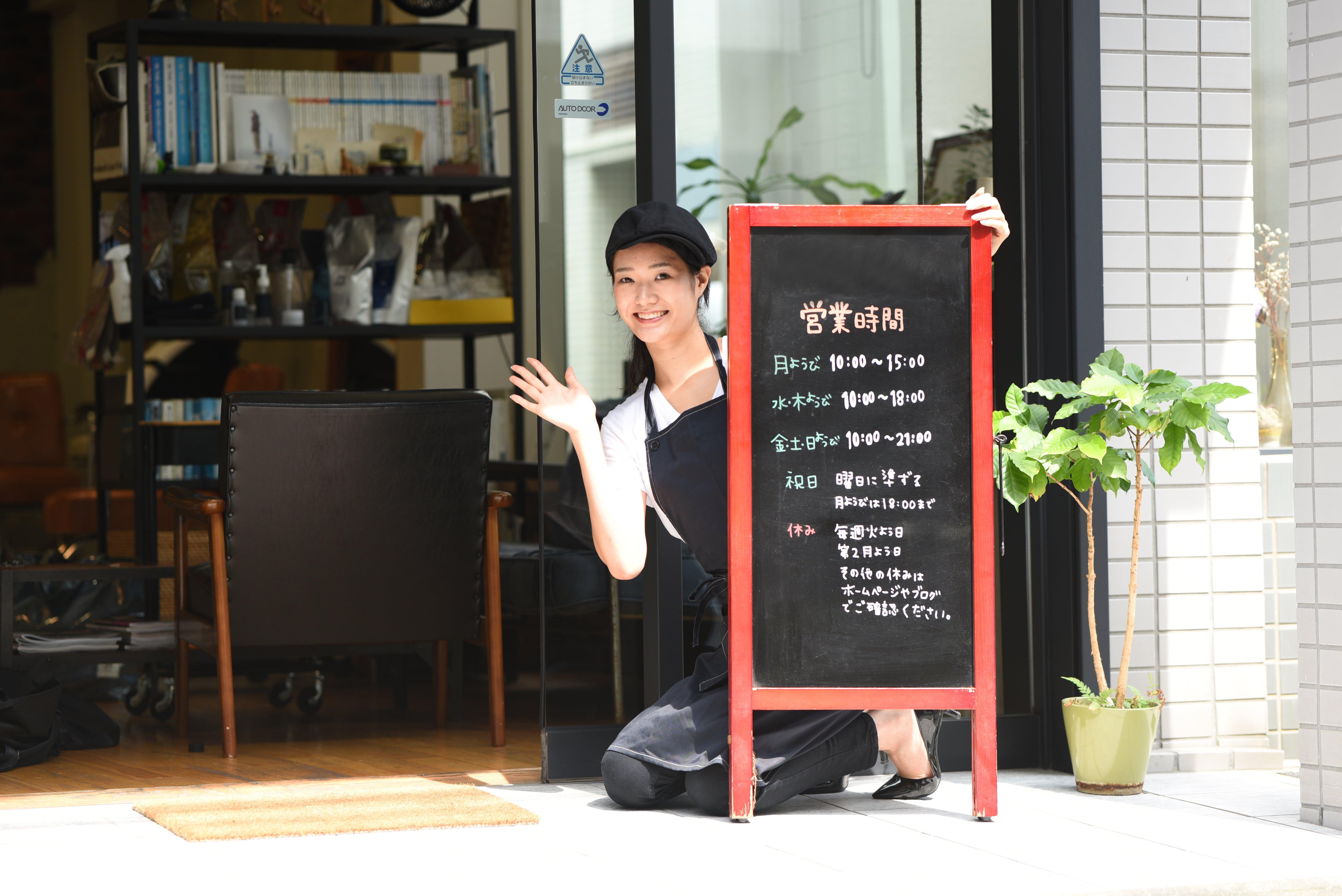 カフェを開ける女性