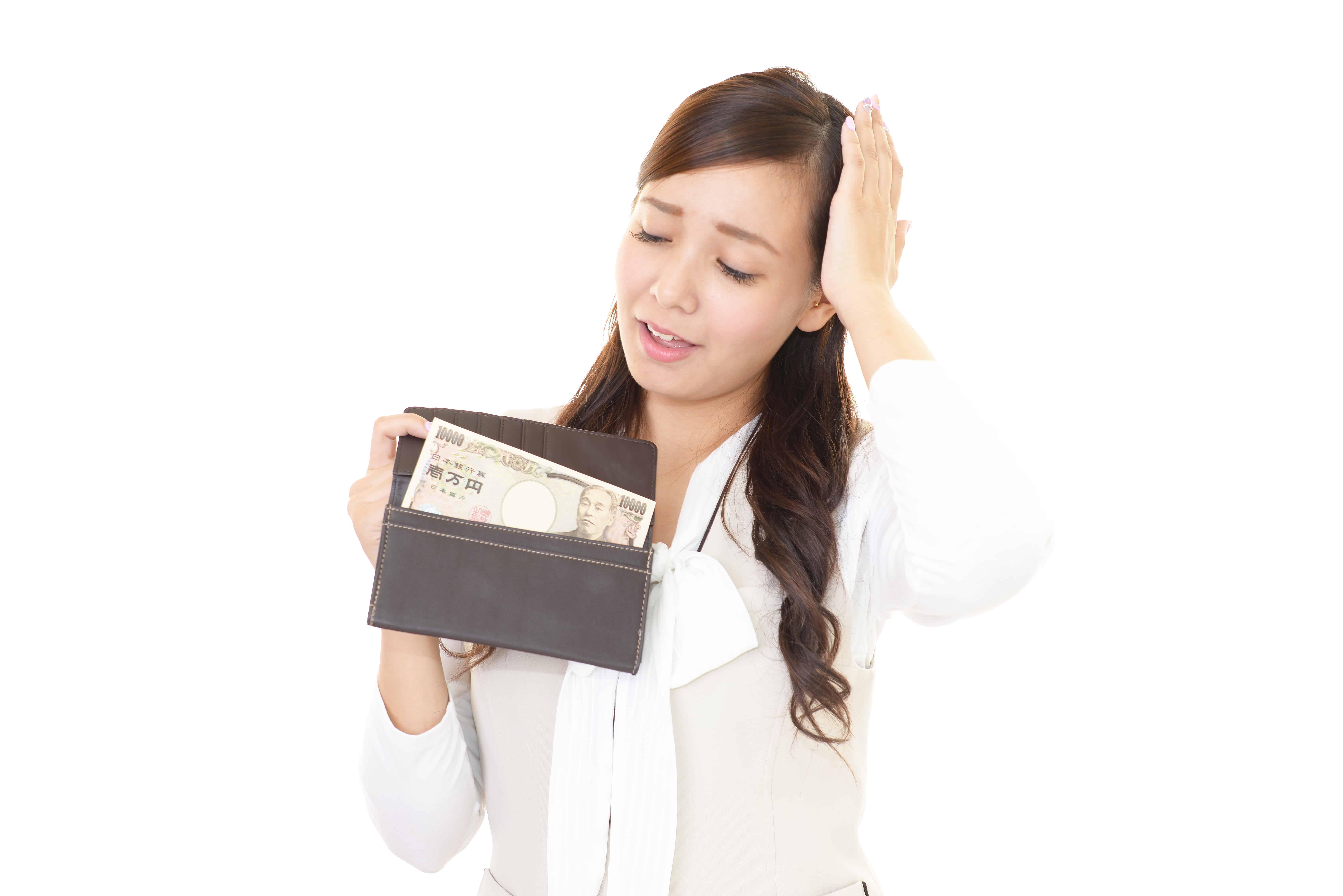 財布を見て悩む女性