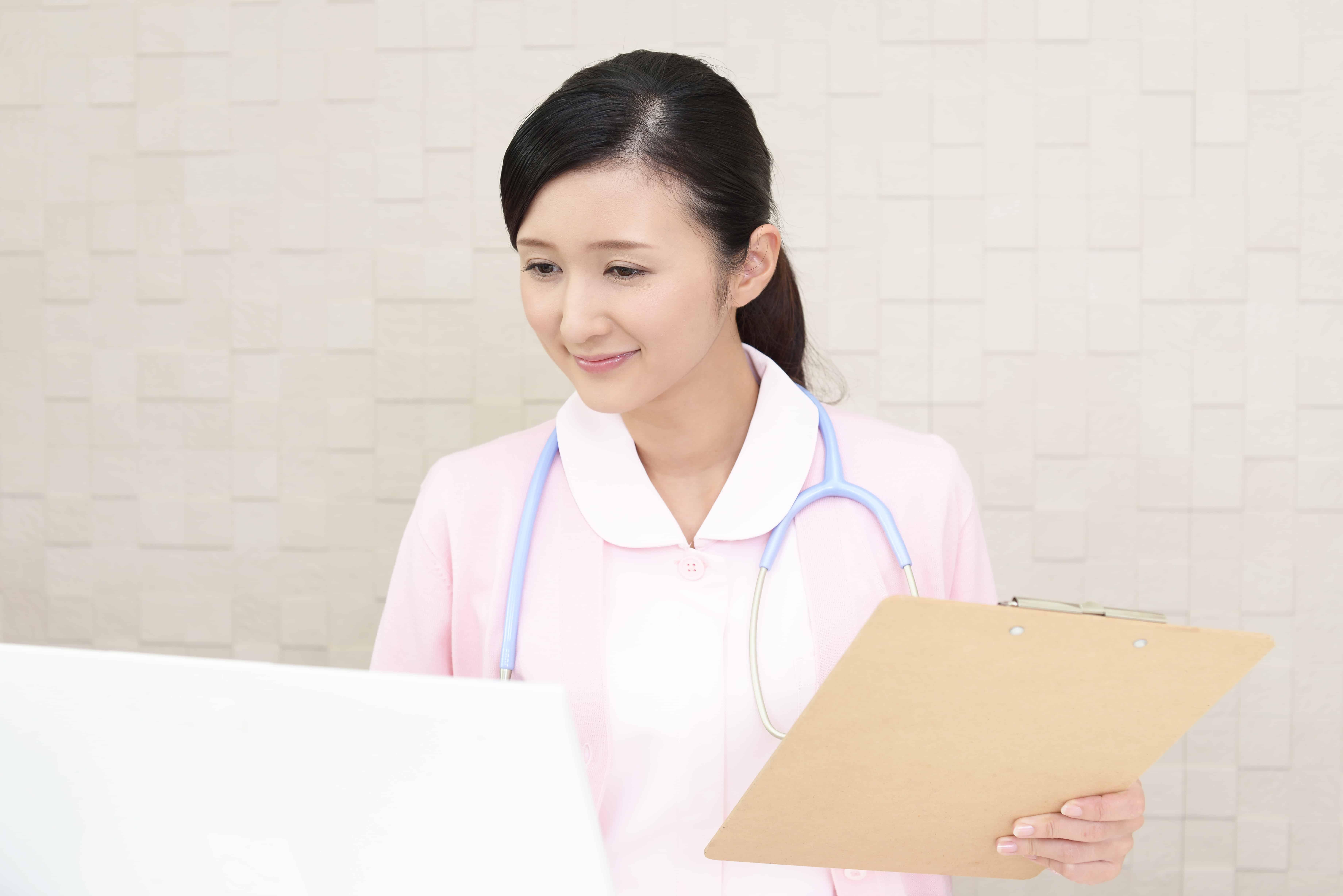 事務仕事をする看護師