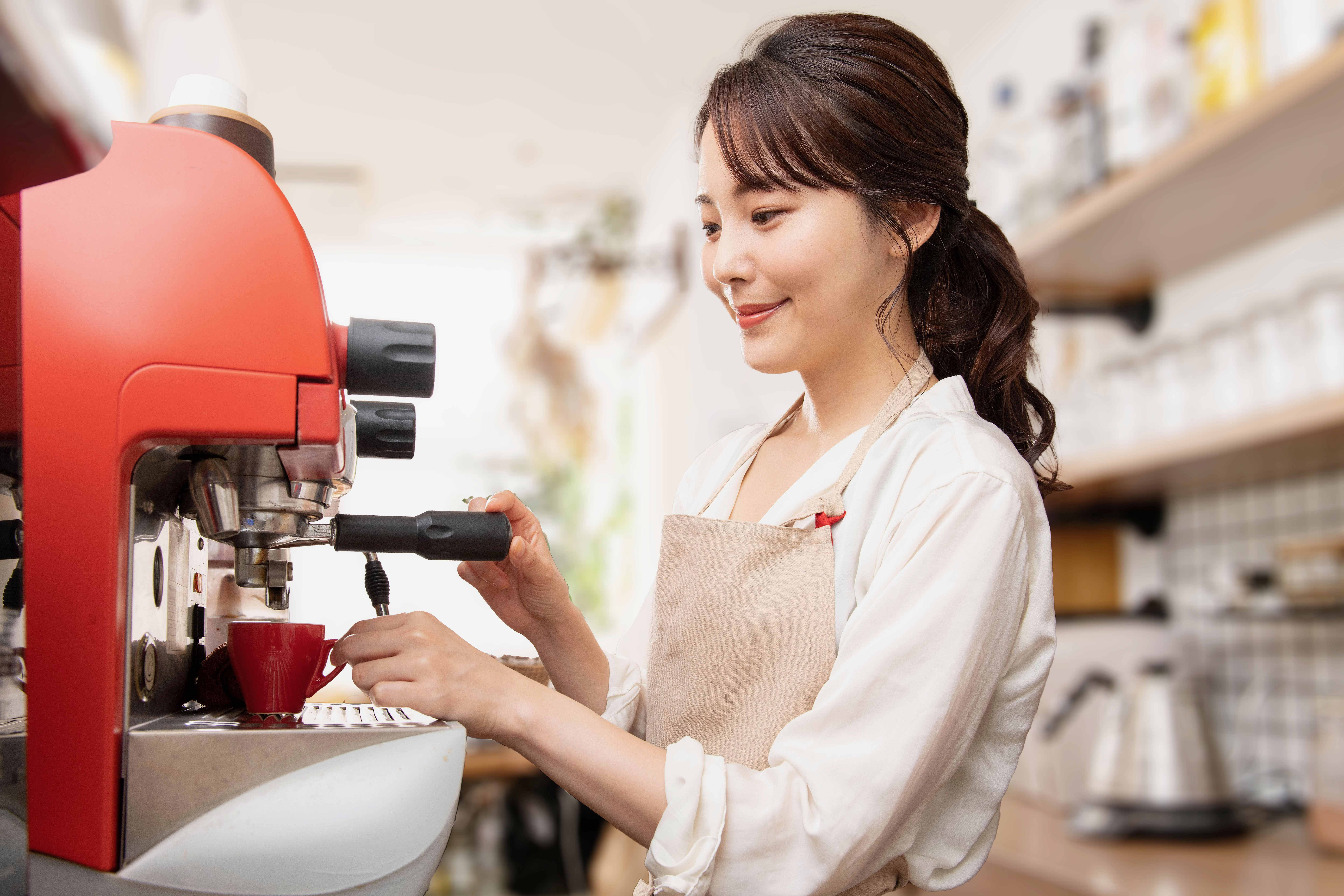 コーヒーを抽出する女性