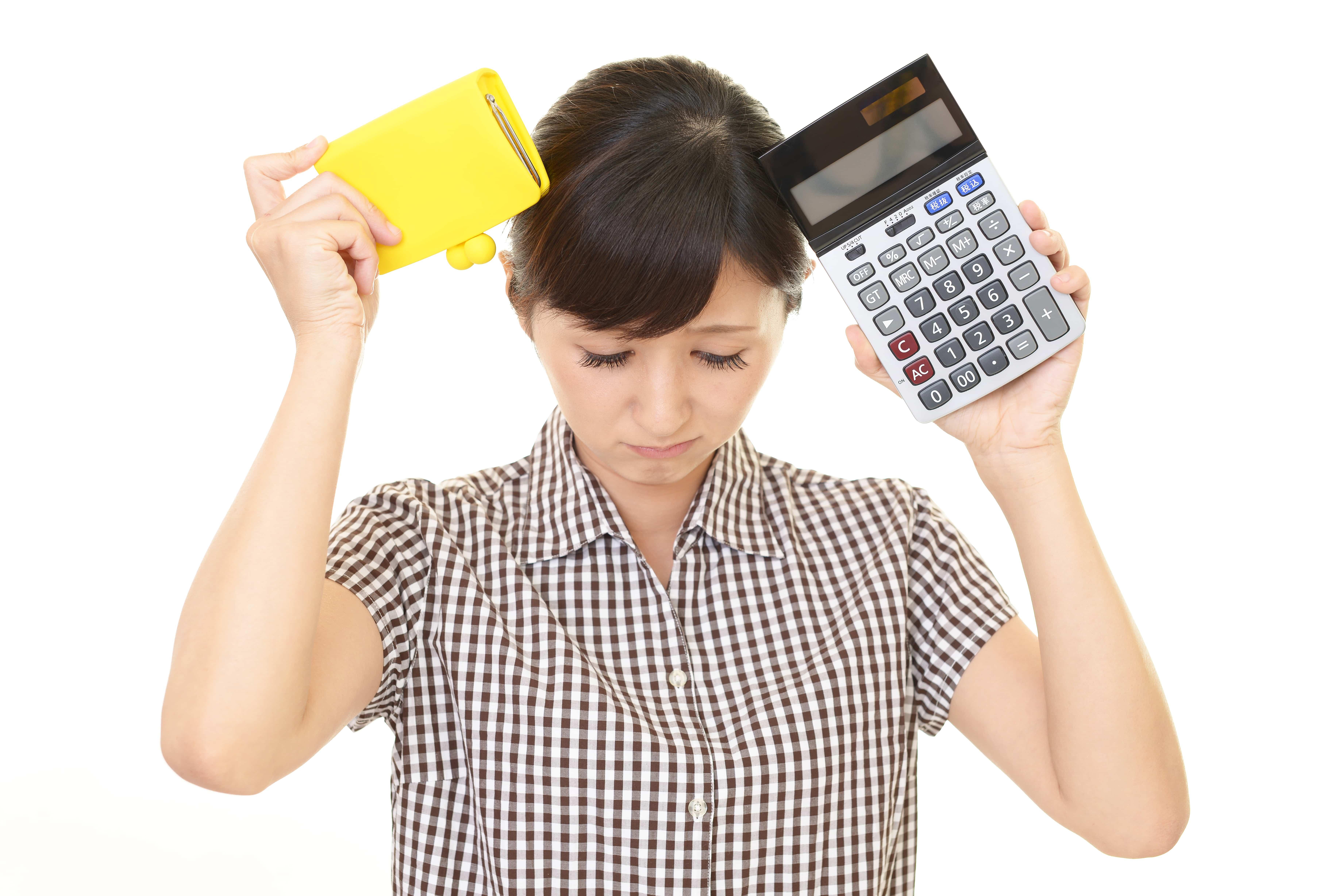 お金に悩む女性