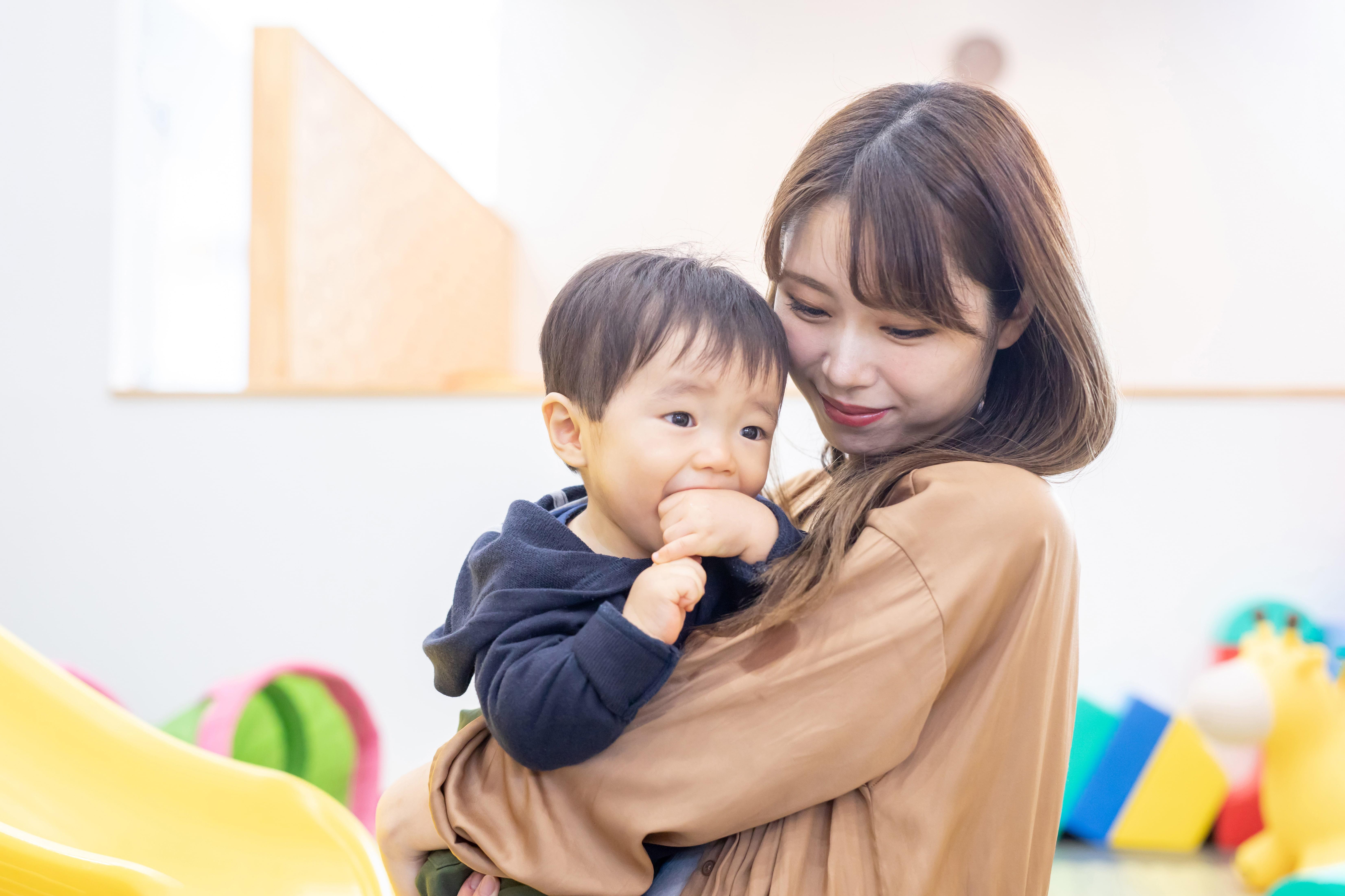 子供を抱っこする女性