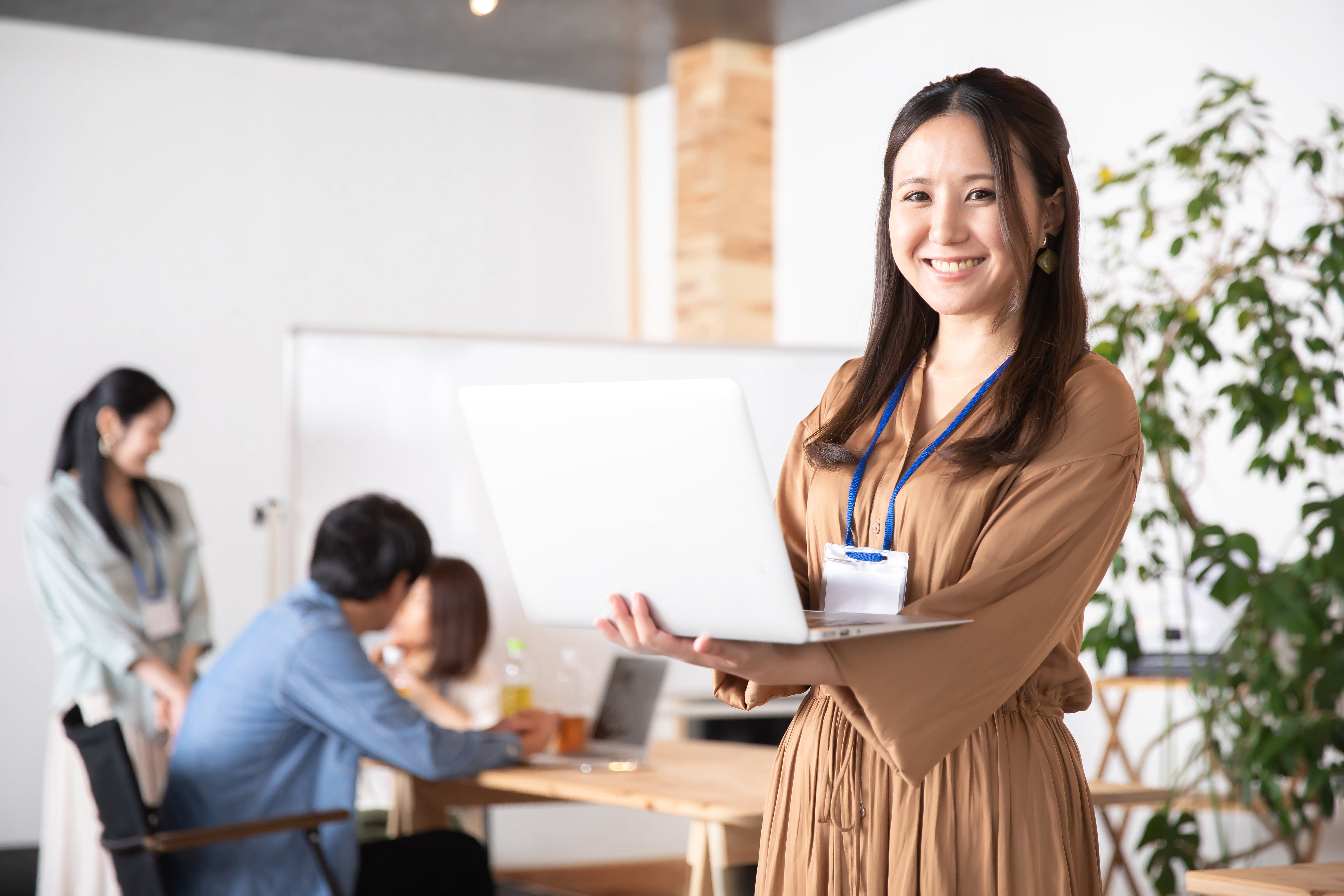 ノートパソコンを使う日本人女性ビジネスウーマン