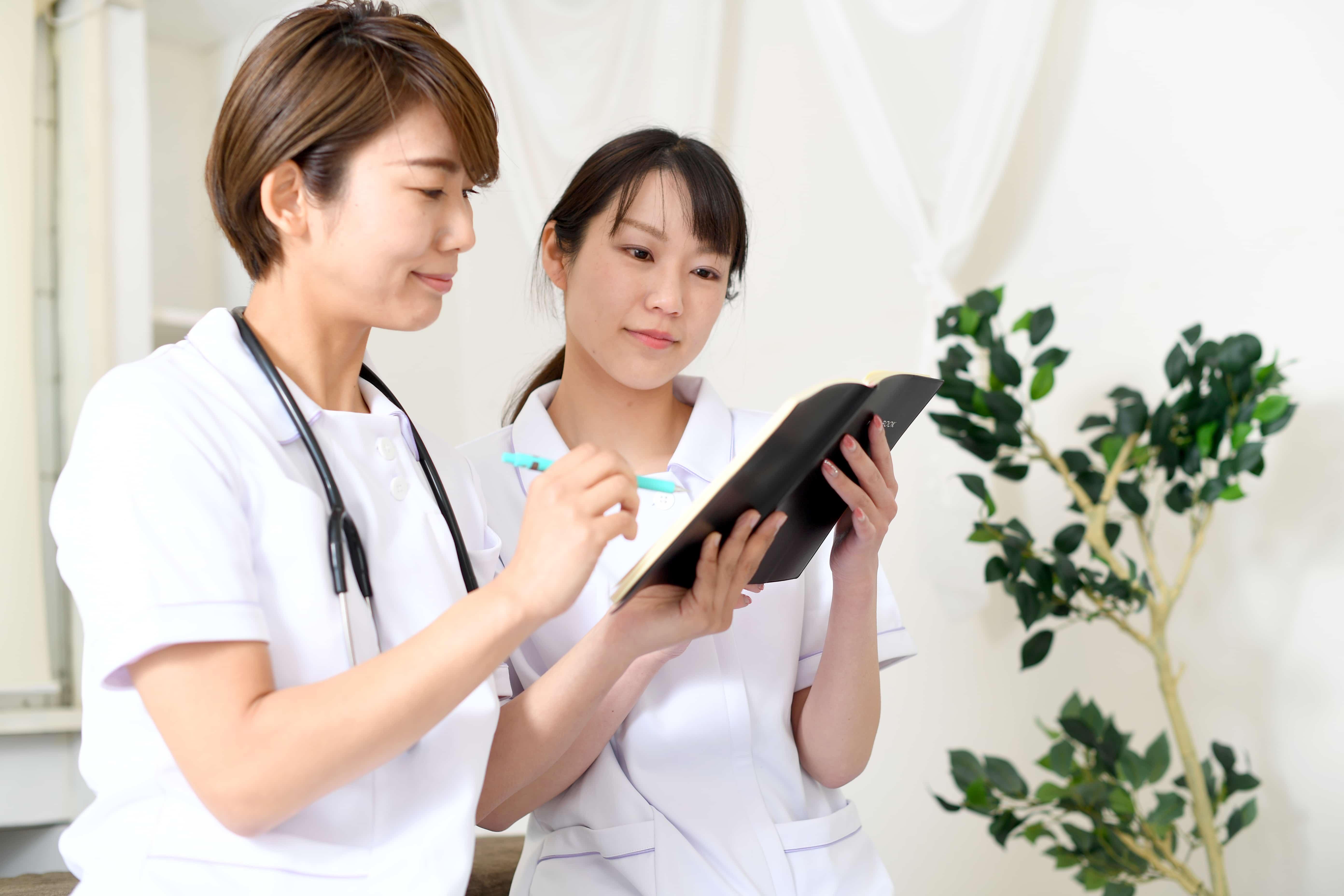 打ち合わせをする二人の看護師