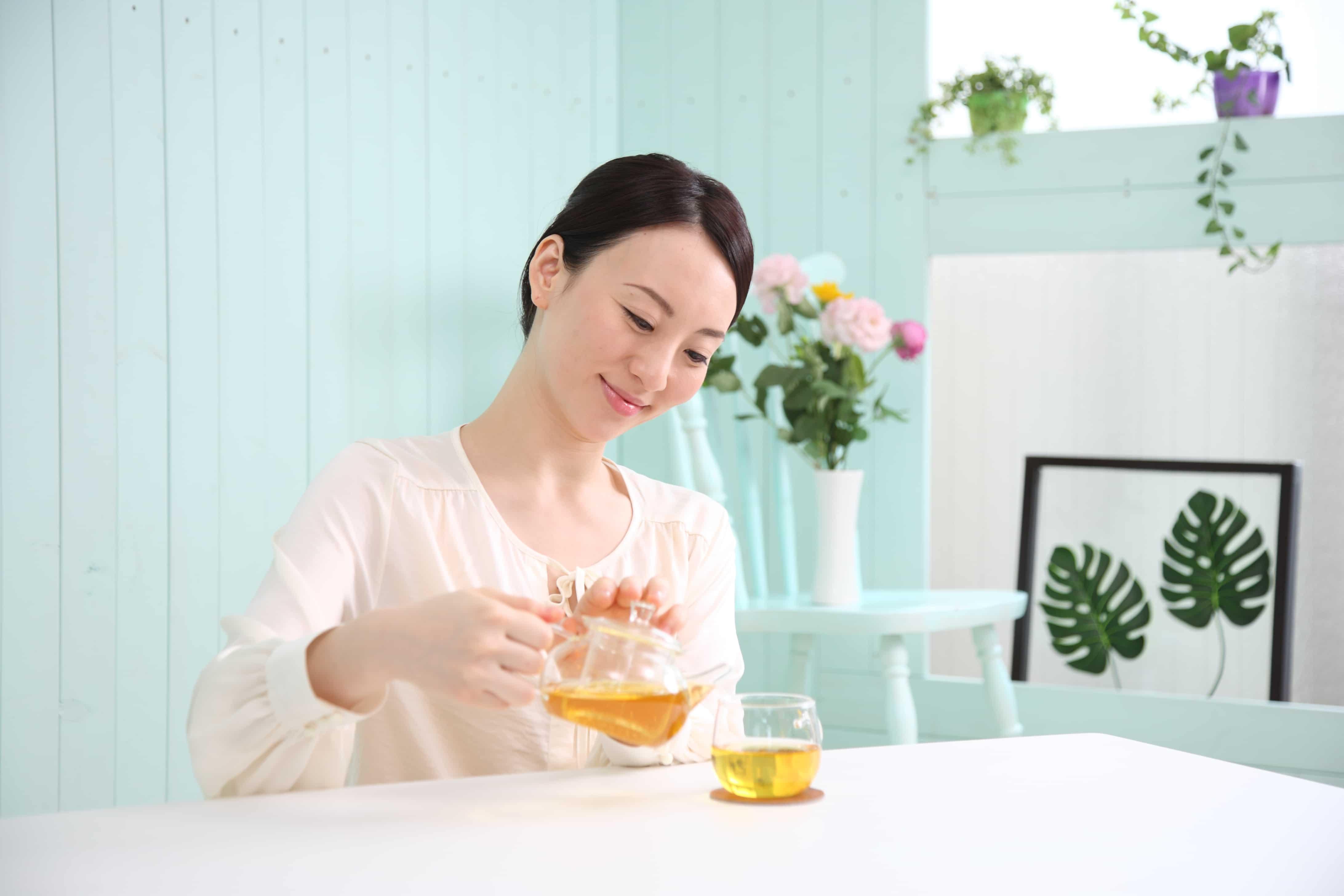 紅茶を入れる女性